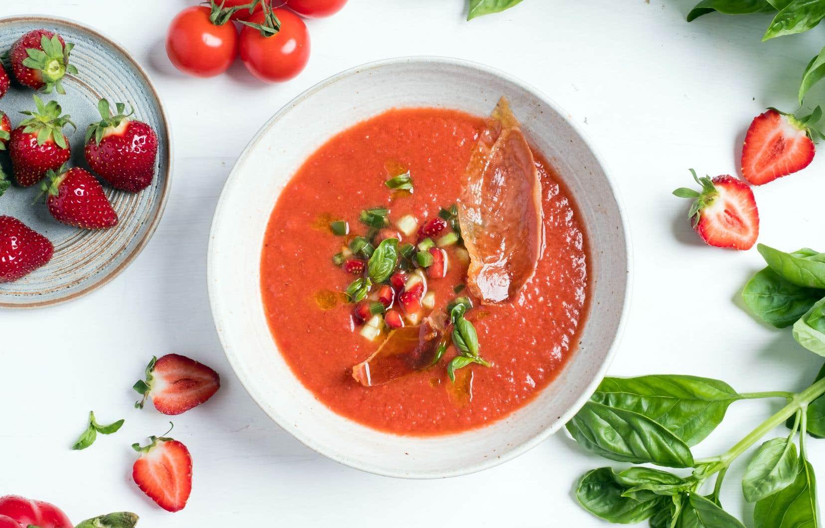 Pour une belle présentation, déposer une cuillerée à soupe de garniture sur la soupe et déposer des morceaux de chips de prosciutto par-dessus.
