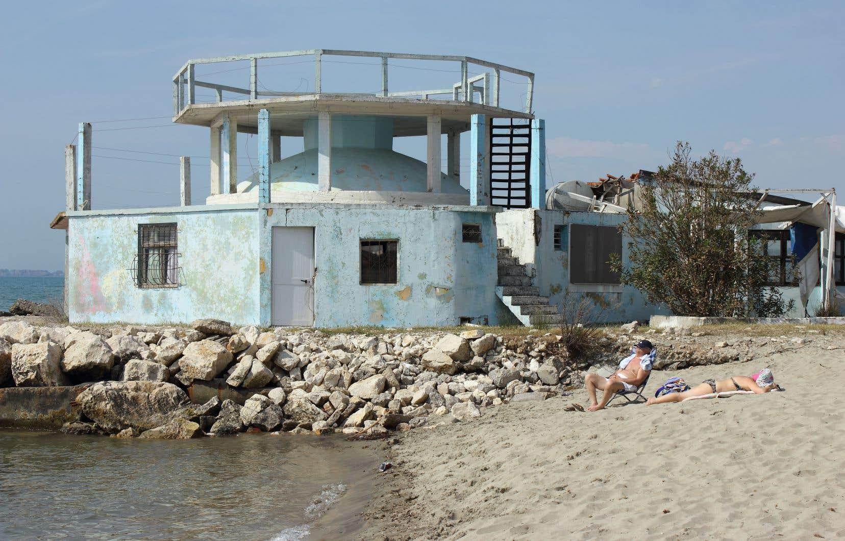 À Durrës, on peut faire bronzette tout près d'un bunker.