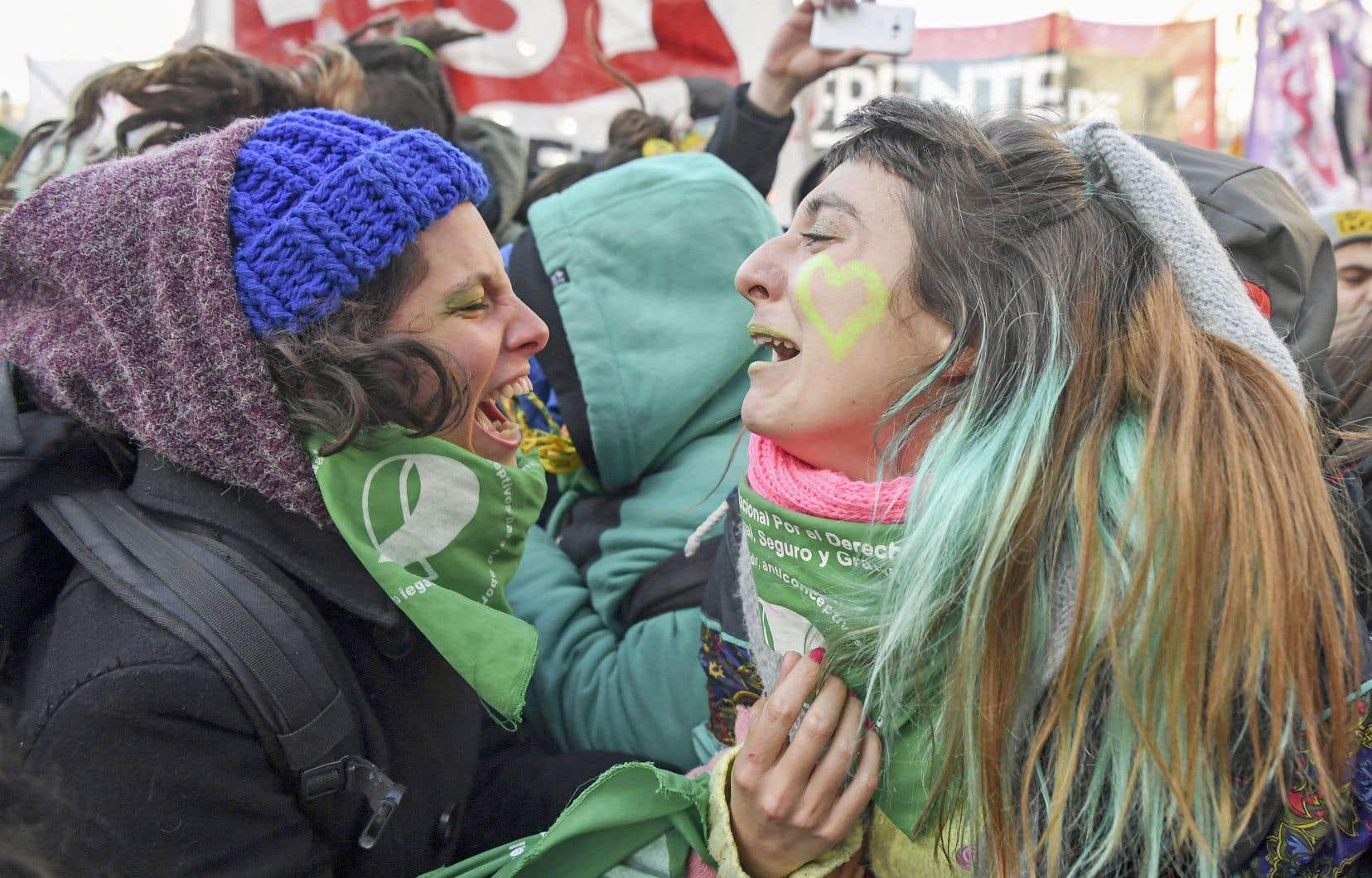 À l'annonce des résultats du vote des députés, une clameur, des cris de joie ont retenti sur la place du Congrès de Buenos Aires.