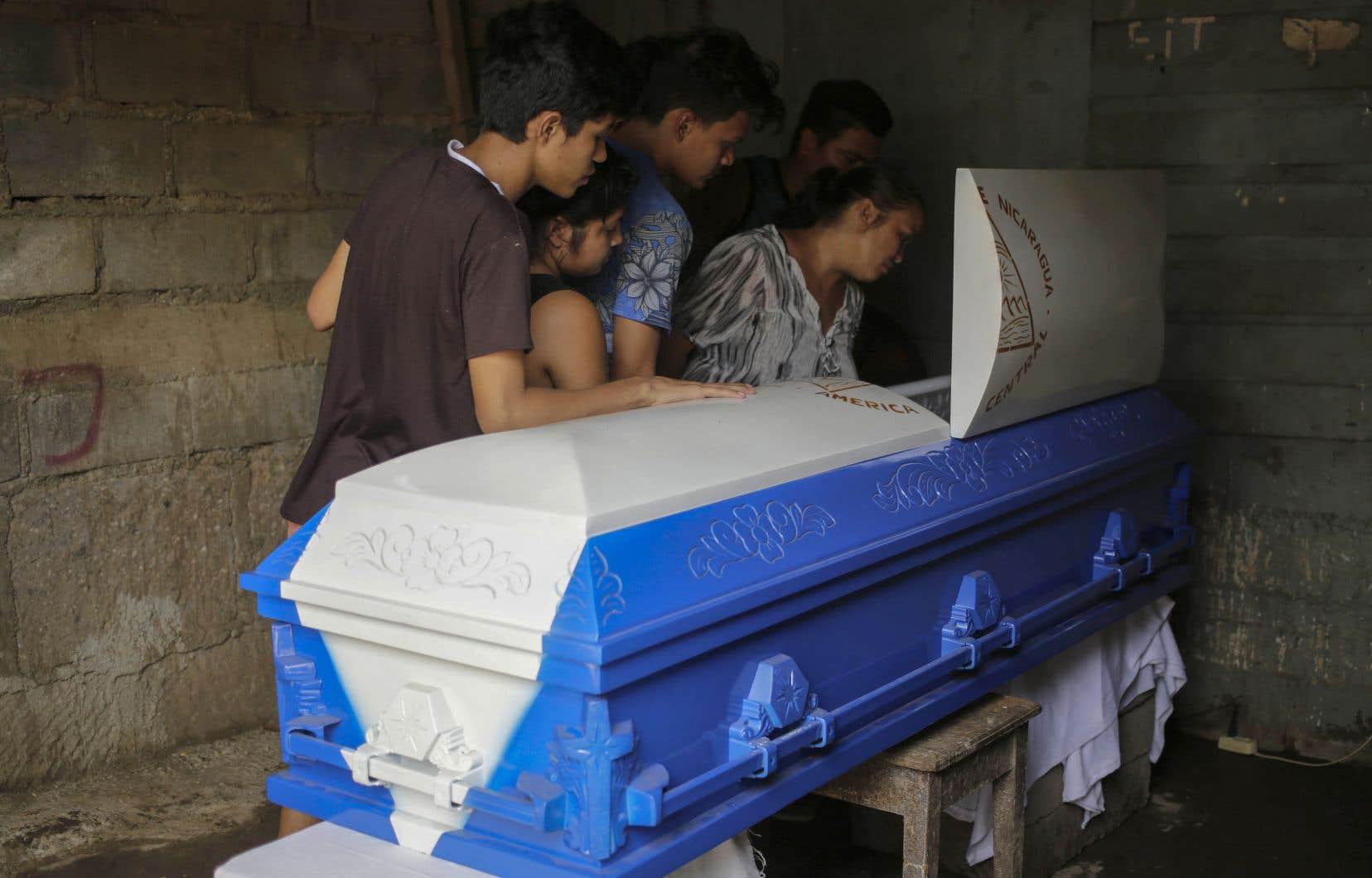 Au moins trois personnes ont été tuées par balle ces dernières heures lors de violentes manifestations, selon le Centre nicaraguayen des droits de l'homme.