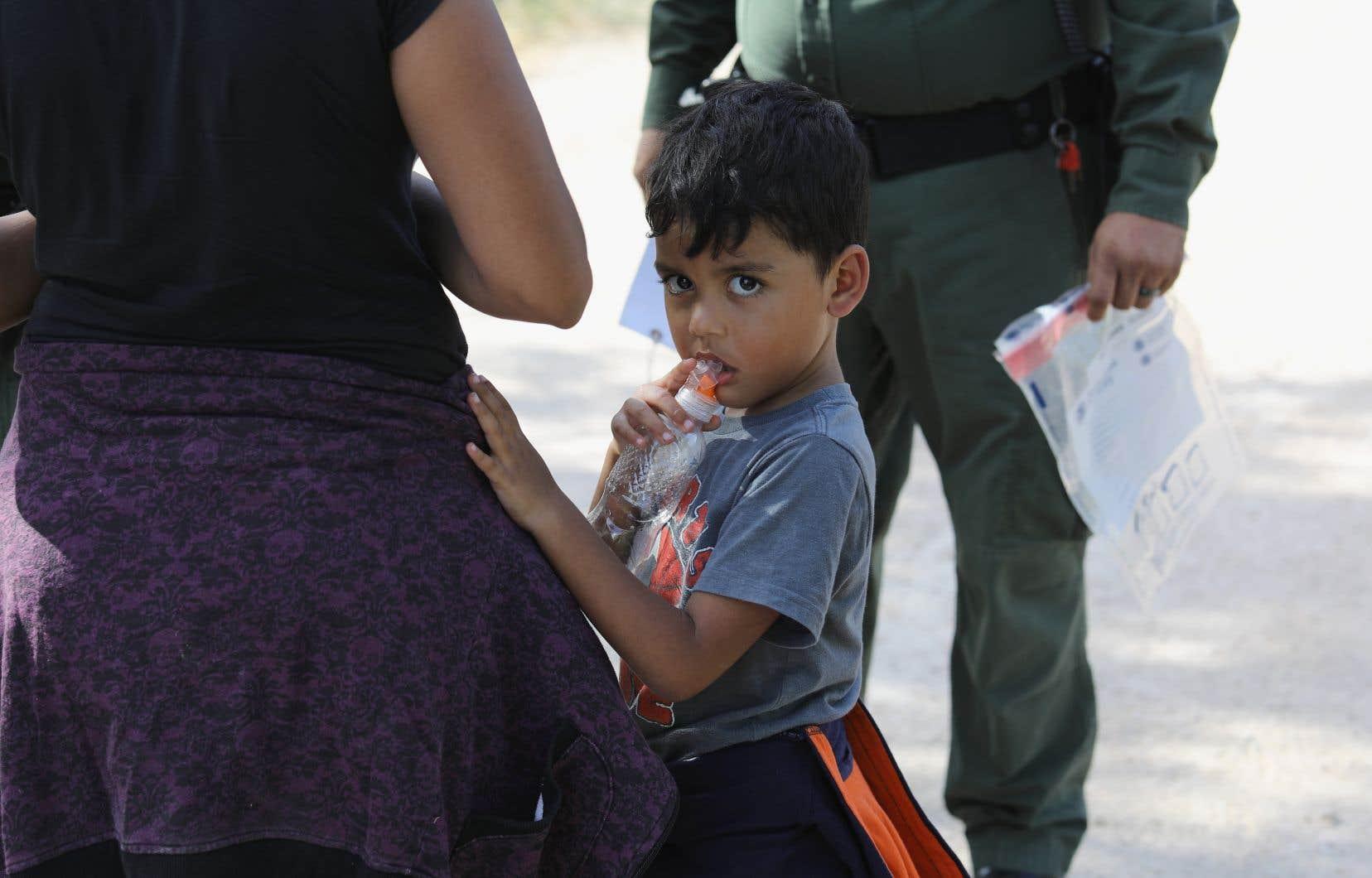 Entre le 19 avril et le 31 mai, 1995 mineurs ont été séparés de 1940 adultes interpellés et détenus par la police des frontières américaines.