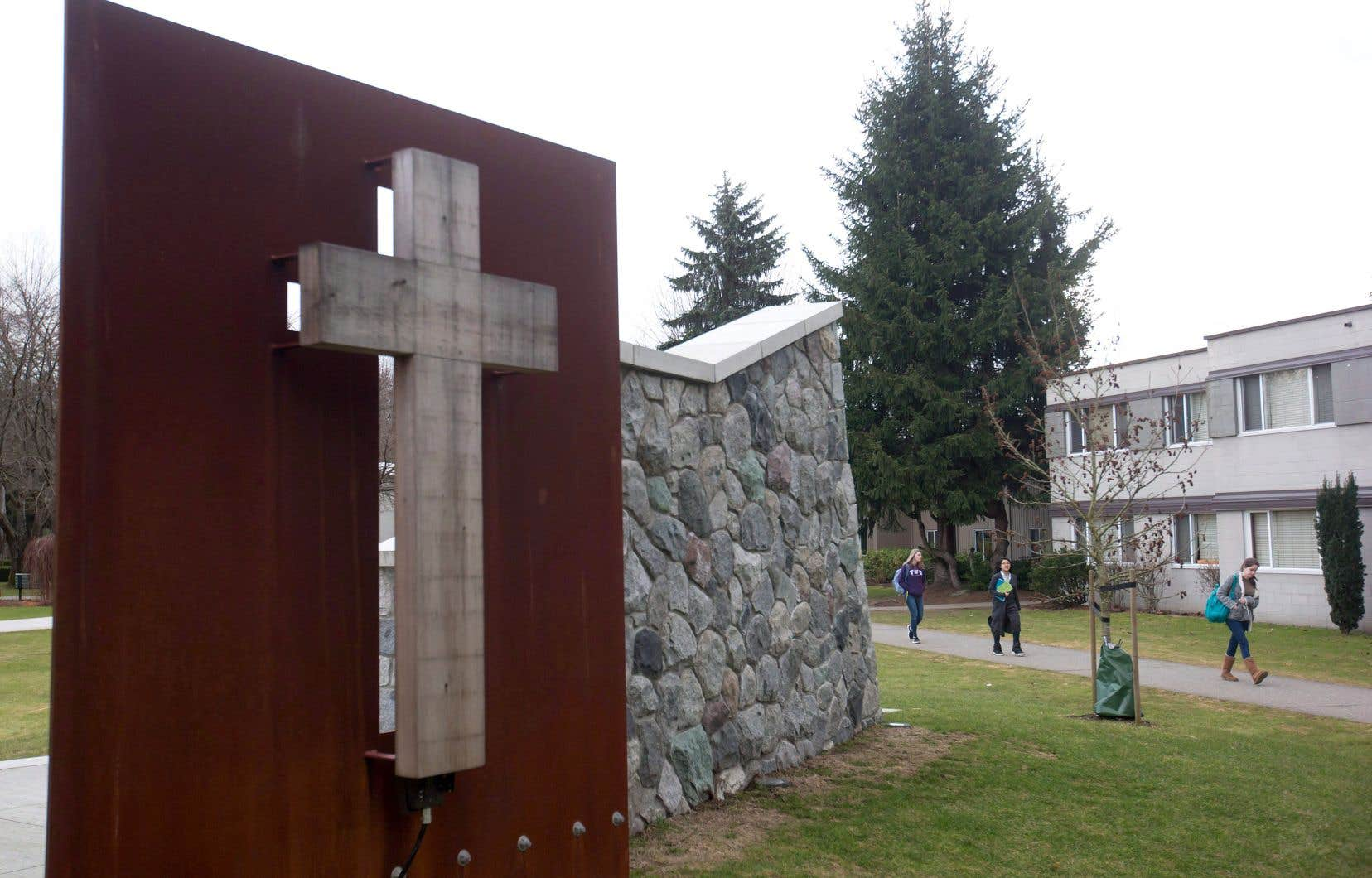 Des étudiants marchent sur le campus de la Trinity Western University.