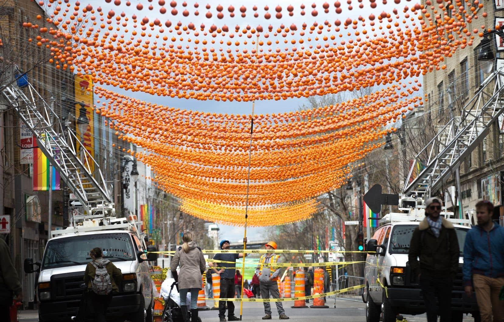 La semaine dernière, l'architecte Claude Cormier avait annoncé qu'après huit ans, les boules qui surplombent la rue Sainte-Catherine Est disparaîtraient afin de faire place à la relève.