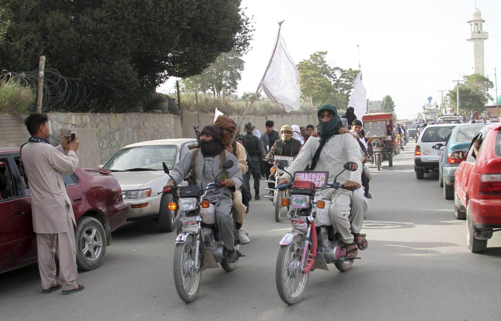 Un kamikaze s'est fait exploser parmi une foule célébrant un cessez-le-feu inédit entre talibans et forces de sécurité à l'occasion de la fin du ramadan.