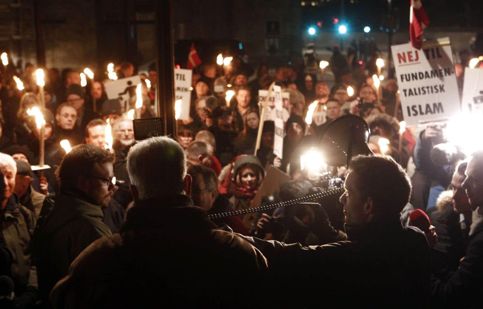 Des Danois anti-islam, membres de l'association PEGIDA, manifestaient à Copenhague en 2015. Le parti social-démocrate a fait un virage à 180 degrés sur la question de l'immigration, notamment afin de séduire l'électorat des classes populaires.
