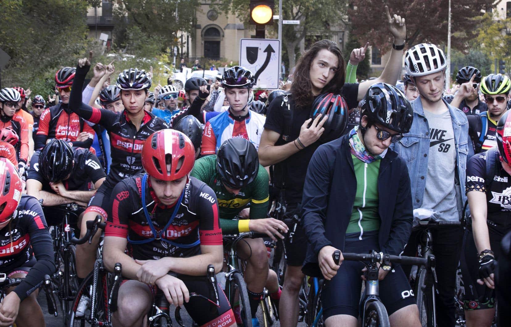Des amis de Clément Ouimet ont tenu une randonnée silencieuse sur le mont Royal quelques jours après la mort du jeune cycliste en octobre dernier.