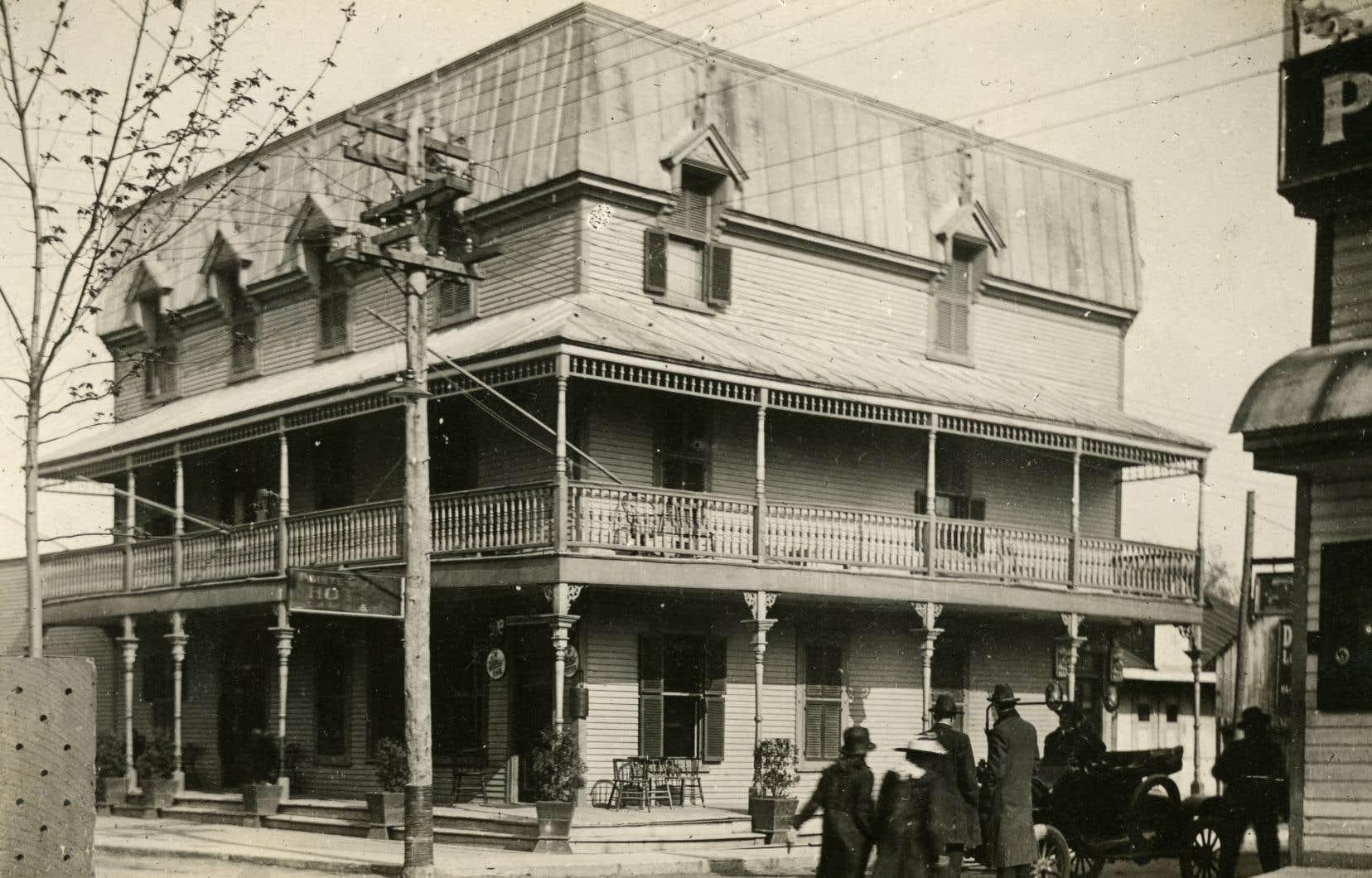 Nous avons récemment appris que la démolition de l'Hôtel Pointe-Claire/le Pionnier, bâtiment fiché d'intérêt patrimonial, était envisagée, se désole l'auteur.