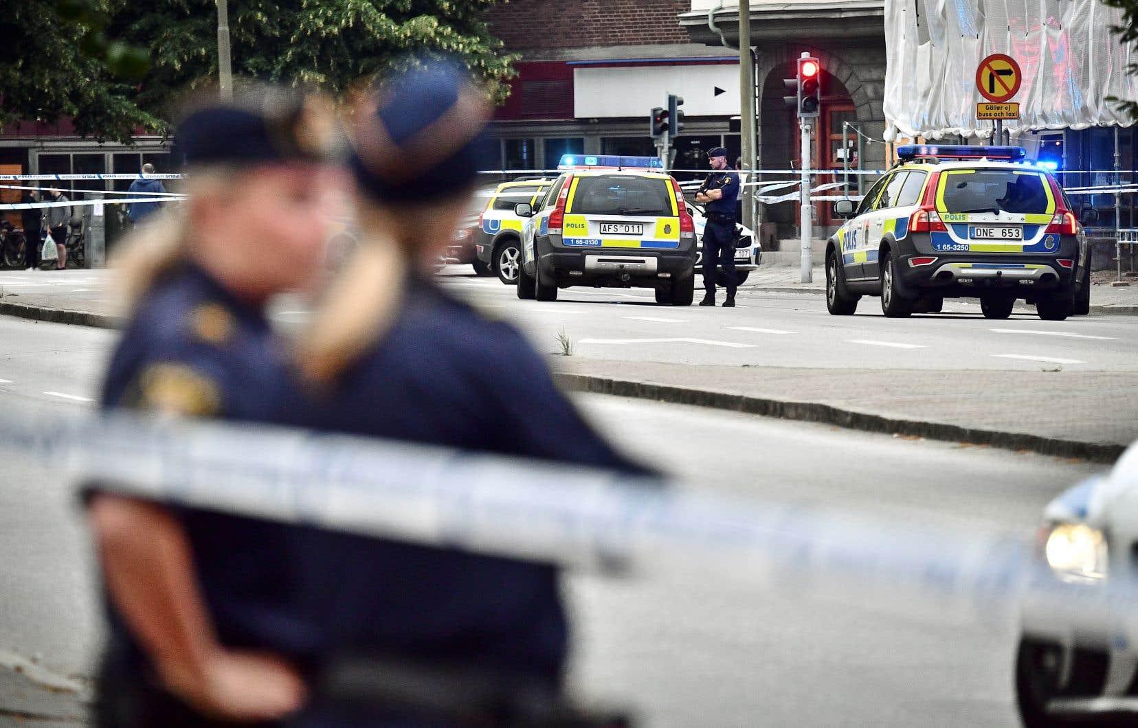 Les victimes auraient été visées alors qu'elles sortaient d'un cybercafé, sur la rue Drottningatan, dans le centre-ville de Malmö.