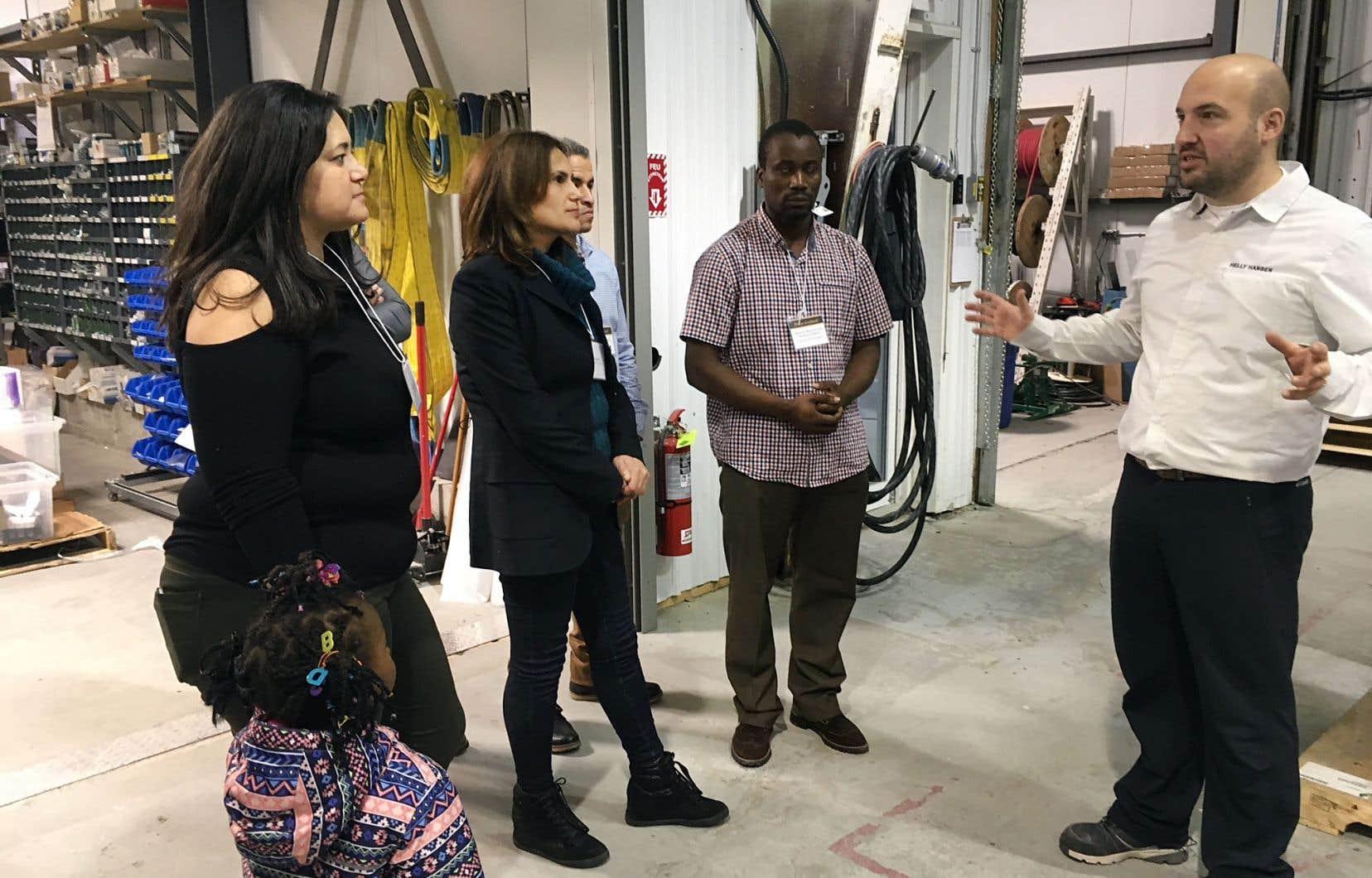 Selon le CIRANO, le gouvernement québécois devrait faire un effort particulier pour faire comprendre à la population les bienfaits de l'immigration, notamment en ce qui a trait à la pénurie de main-d'œuvre. Sur la photo, une visite industrielle à Val-d'Or d'immigrants à la recherche d'un lieu où s'établir pour contribuer à la société québécoise.