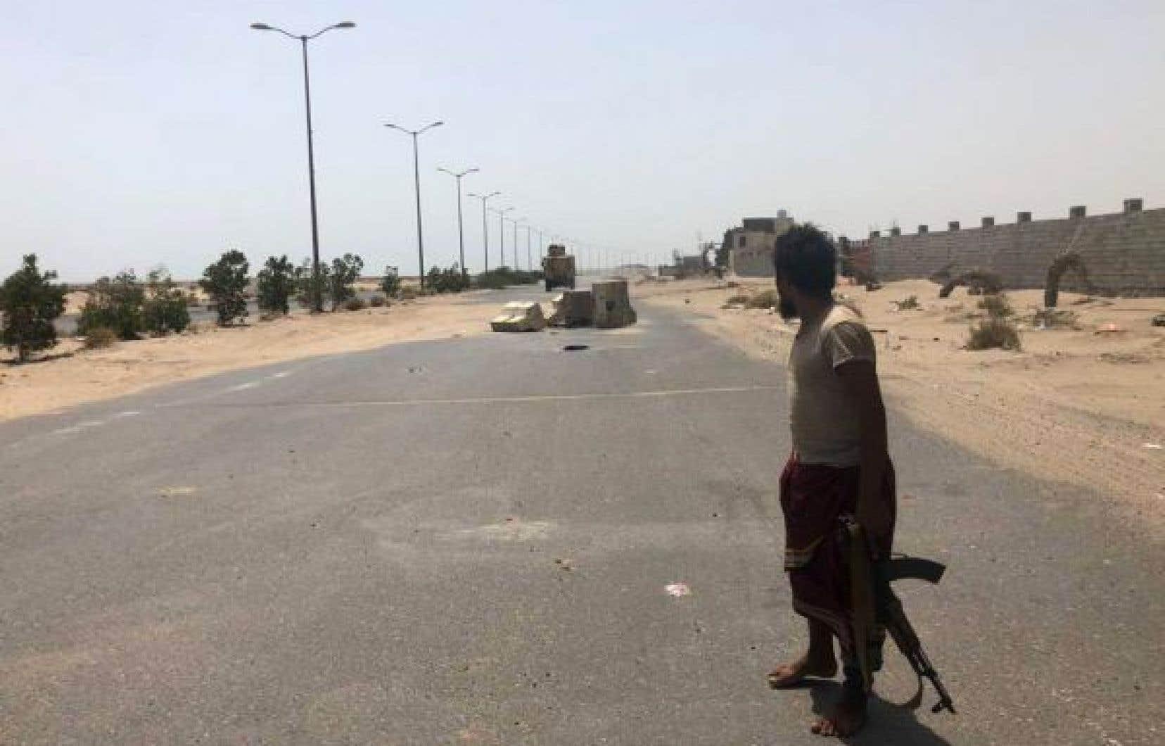 Un combattant des forces progouvernementales yéménites se tient sur une route dans le secteur de l'aéroport de Hodeida, dans l'ouest du Yémen, le 18 juin dernier.