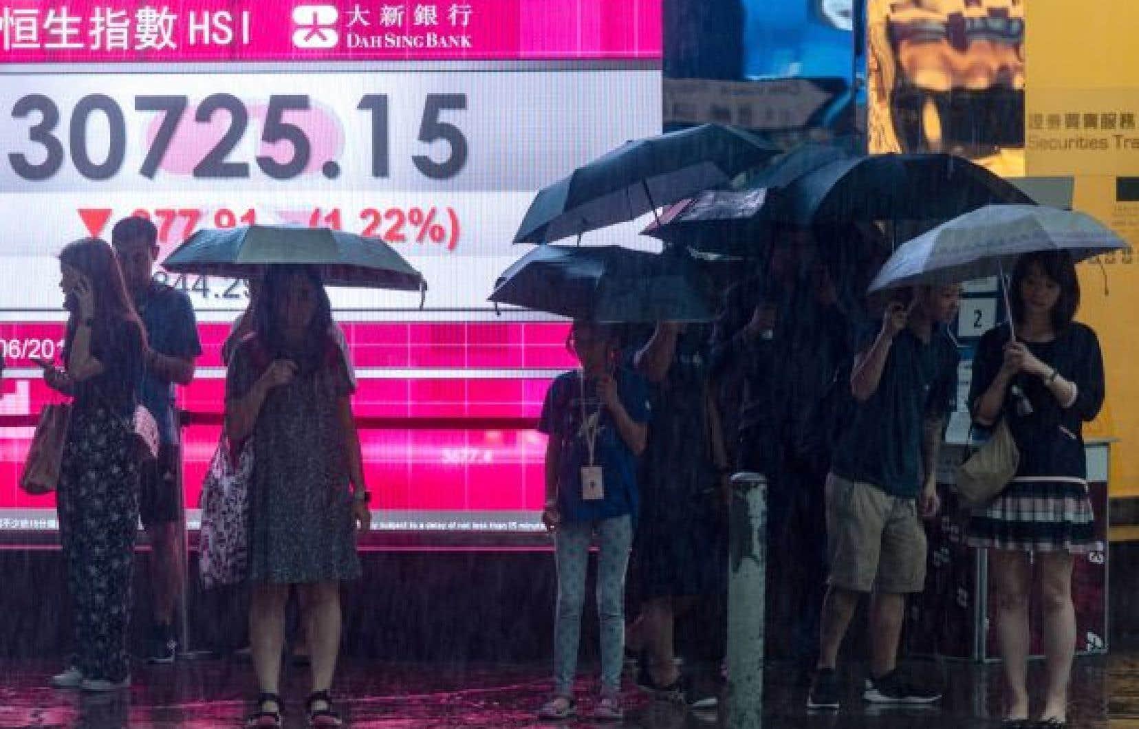 Les marchés boursiers ont piqué du nez mardi d'un bout à l'autre du globe. Le mouvement s'est amorcé en Asie, avec un recul de 2,8% de la Bourse de Hong Kong.