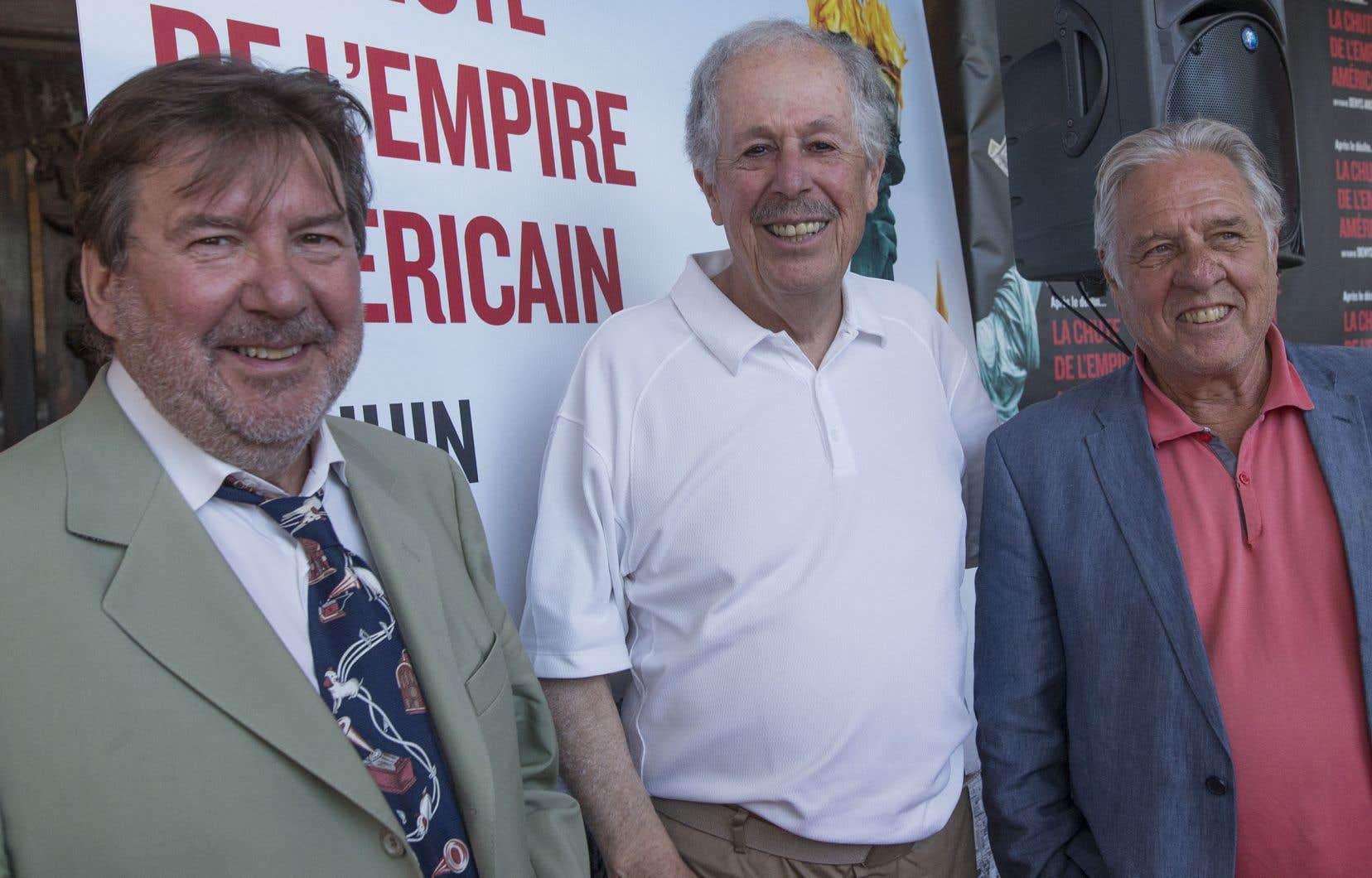 Le réalisateur Denys Arcand, entouré des comédiens Rémy Girard et Pierre Curzi