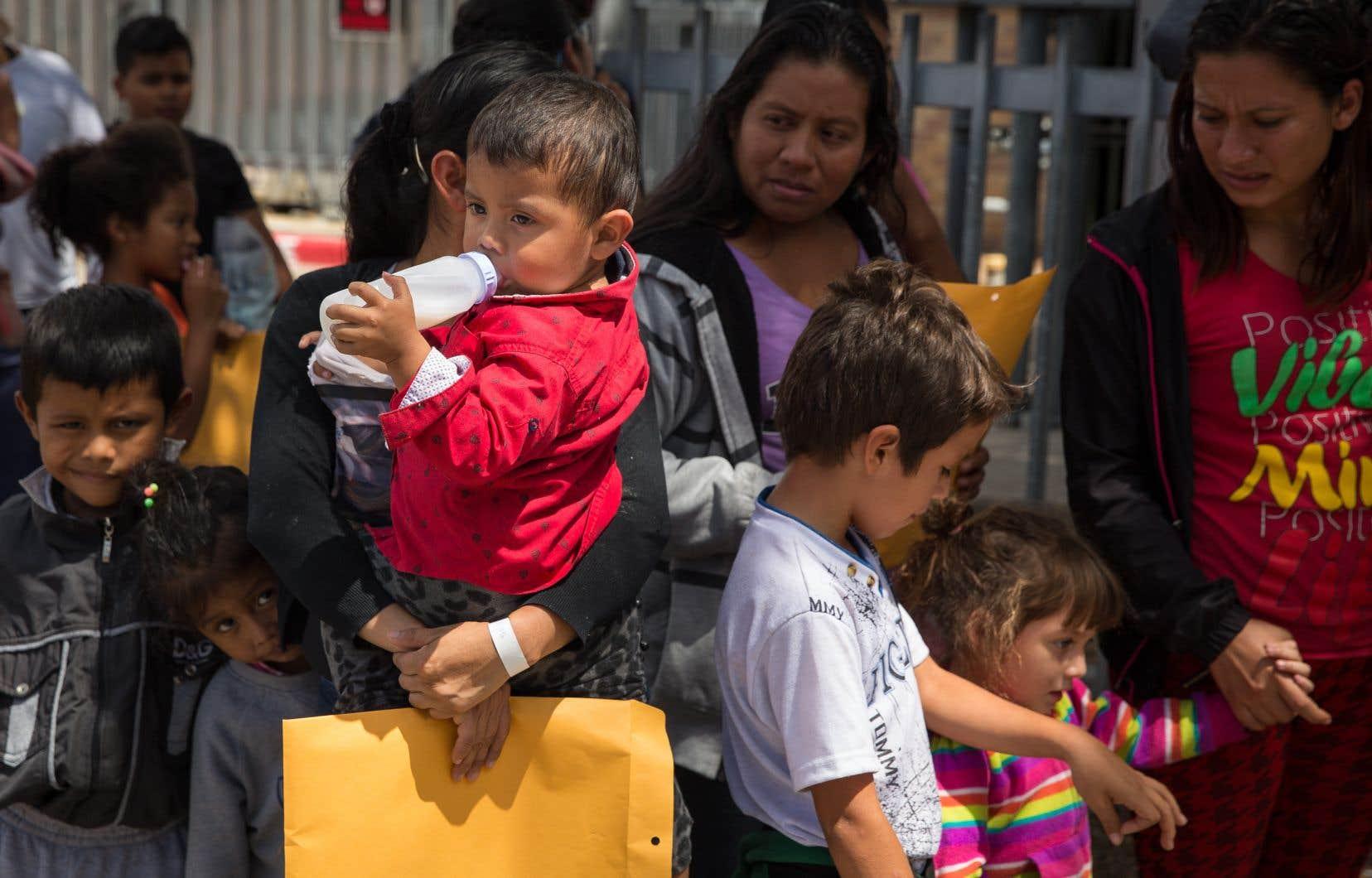 Des immigrants se dirigent vers un centre de secours peu après leur libération grâce à la politique d'immigration américaine «catch and release», à McAllen, au Texas.