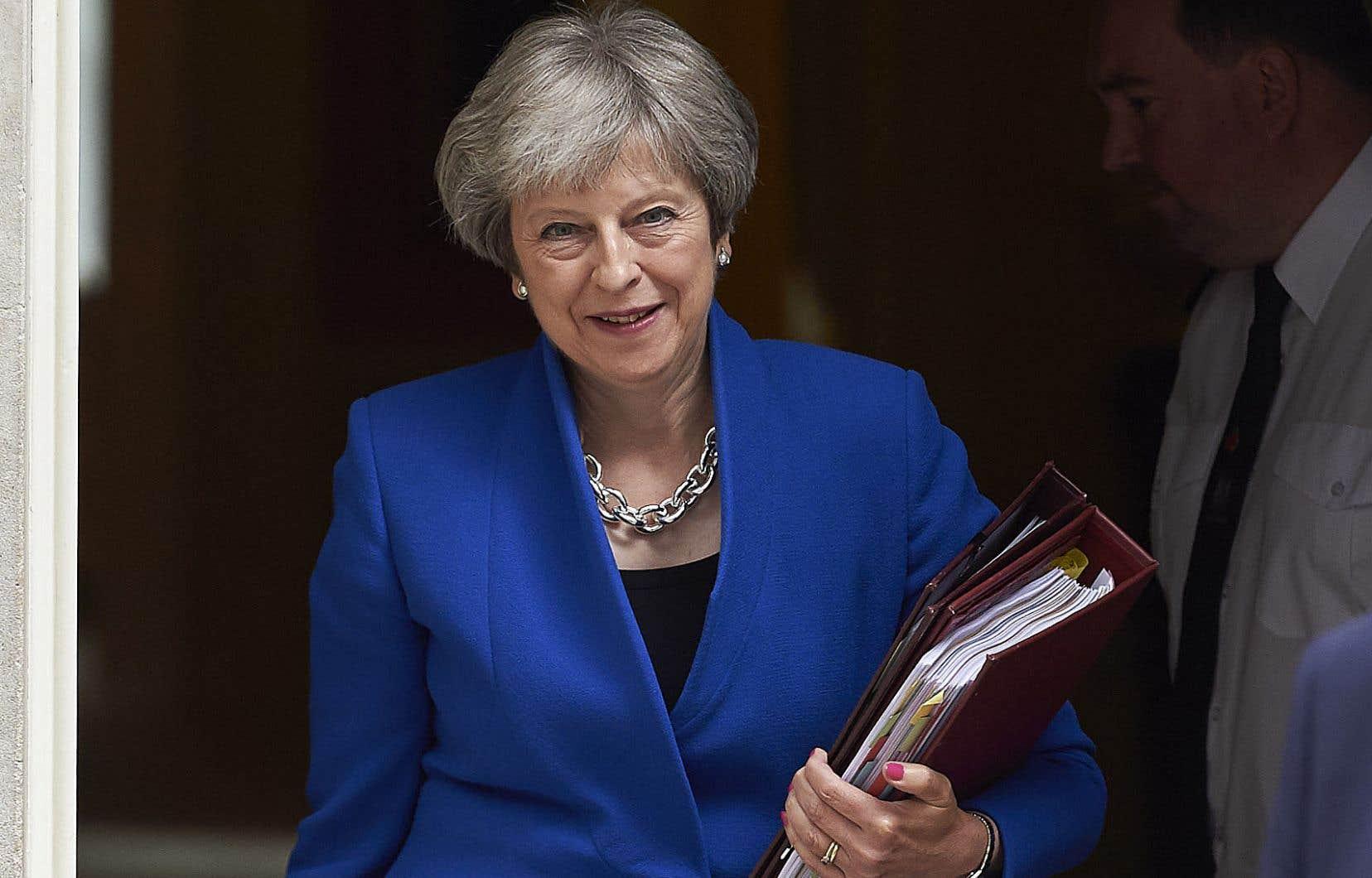 La première ministre du Royaume-Uni, Theresa May, a réussi à faire rentrer dans les rangs les députés conservateurs europhiles réclamant que le dernier mot sur l'accord final avec Bruxelles — s'il y en a un — revienne au Parlement.