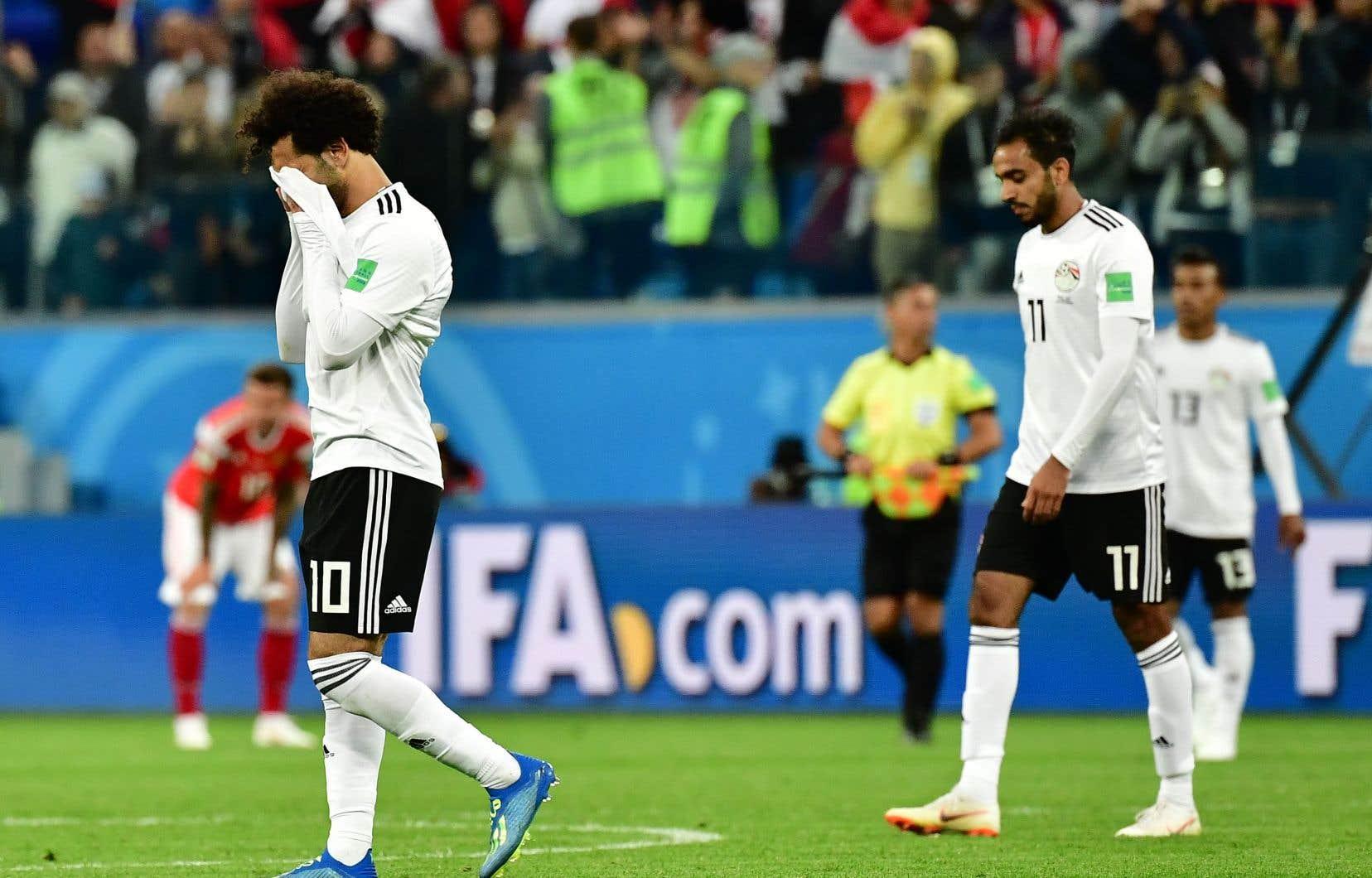 Le joueur égyptien Mohamed Salah (à gauche) réagit à la défaite à la suite du match contre la Russie.
