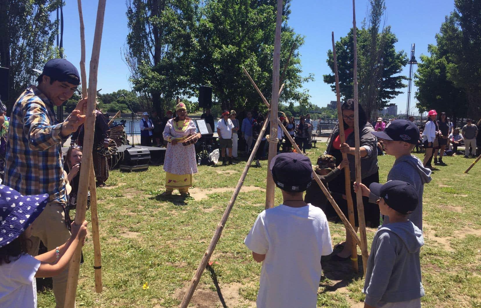 C'est dans un petit parc à l'ouest du quai de l'Horloge, dans le Vieux-Port de Montréal, que s'est tenue jeudi une cérémonie du feu, à l'occasion de la Journée nationale des peuples autochtones.