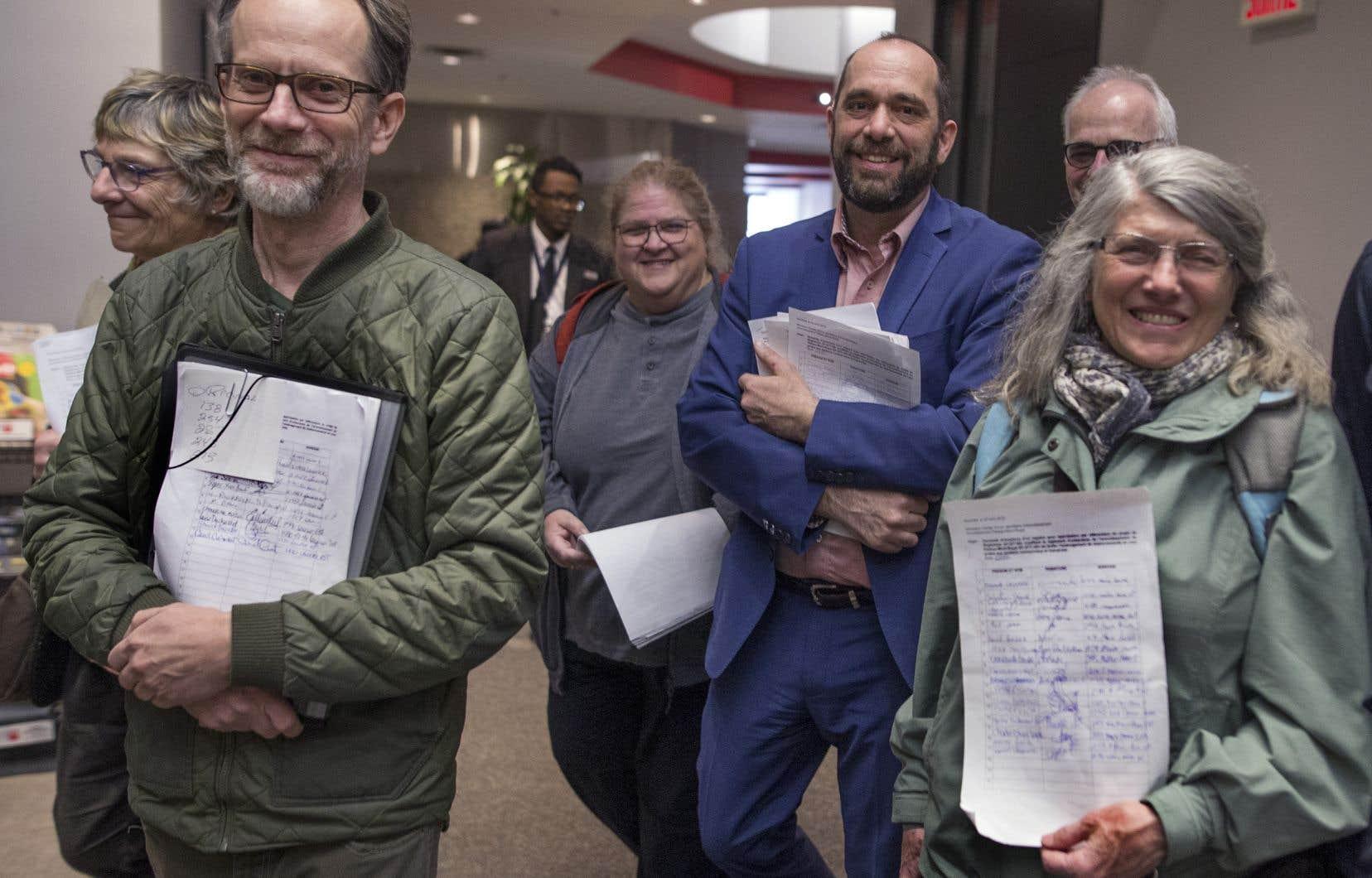 Des citoyens s'étaient rendus, fin avril, au bureau de l'arrondissement du Plateau-Mont-Royal afin de demander l'ouverture de registres, première étape vers la tenue de référendums.