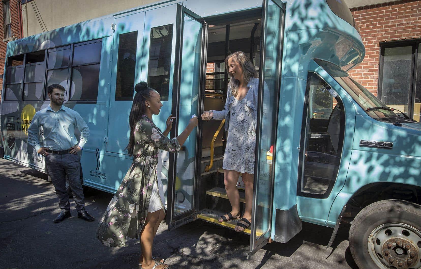 Un minibus de la Commission scolaire Marguerite-Bourgeoys permet aux intervenants d'aller rencontrer les familles dans leur milieu.