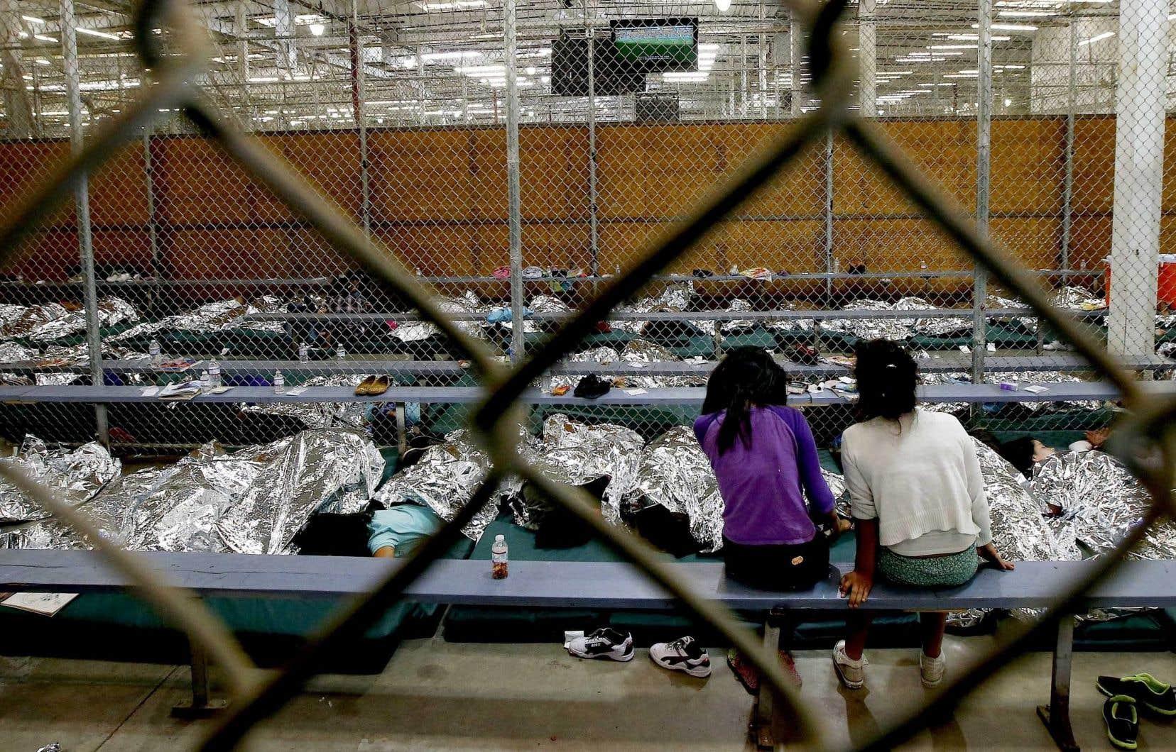 «Pour saisir la situation, il faut voir les photos d'enfants enfermés dans des cages, recouverts de couvertures de survie posées sur des matelas à même le sol.»