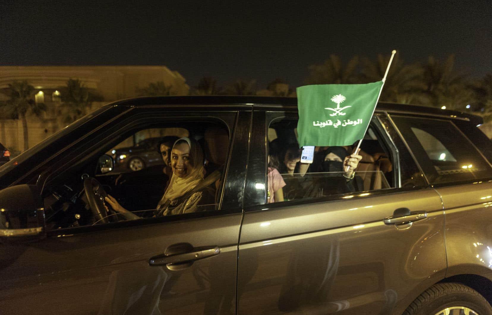 Aussitôt après l'expiration de l'interdiction, des femmes ont commencé dans la nuit à sillonner au volant les avenues brillamment éclairées de la capitale Ryad.