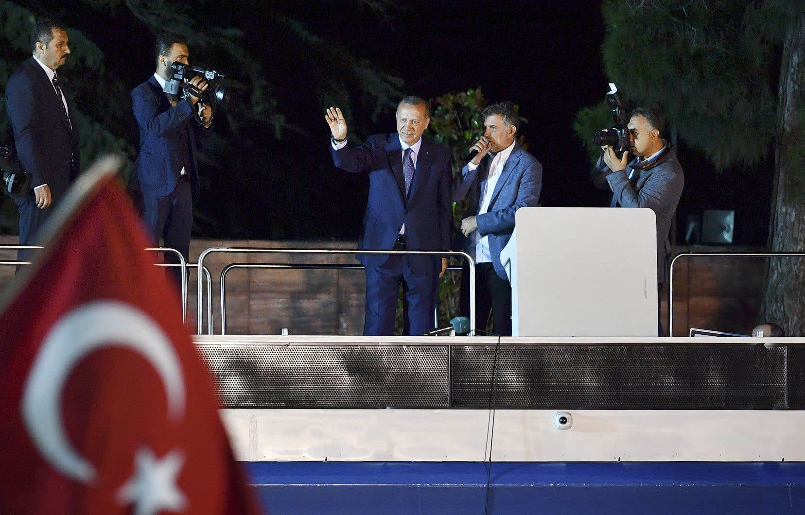 Sans attendre la déclaration de M. Erdogan, des milliers de ses partisans se sont rassemblés devant sa résidence à Istanbul.