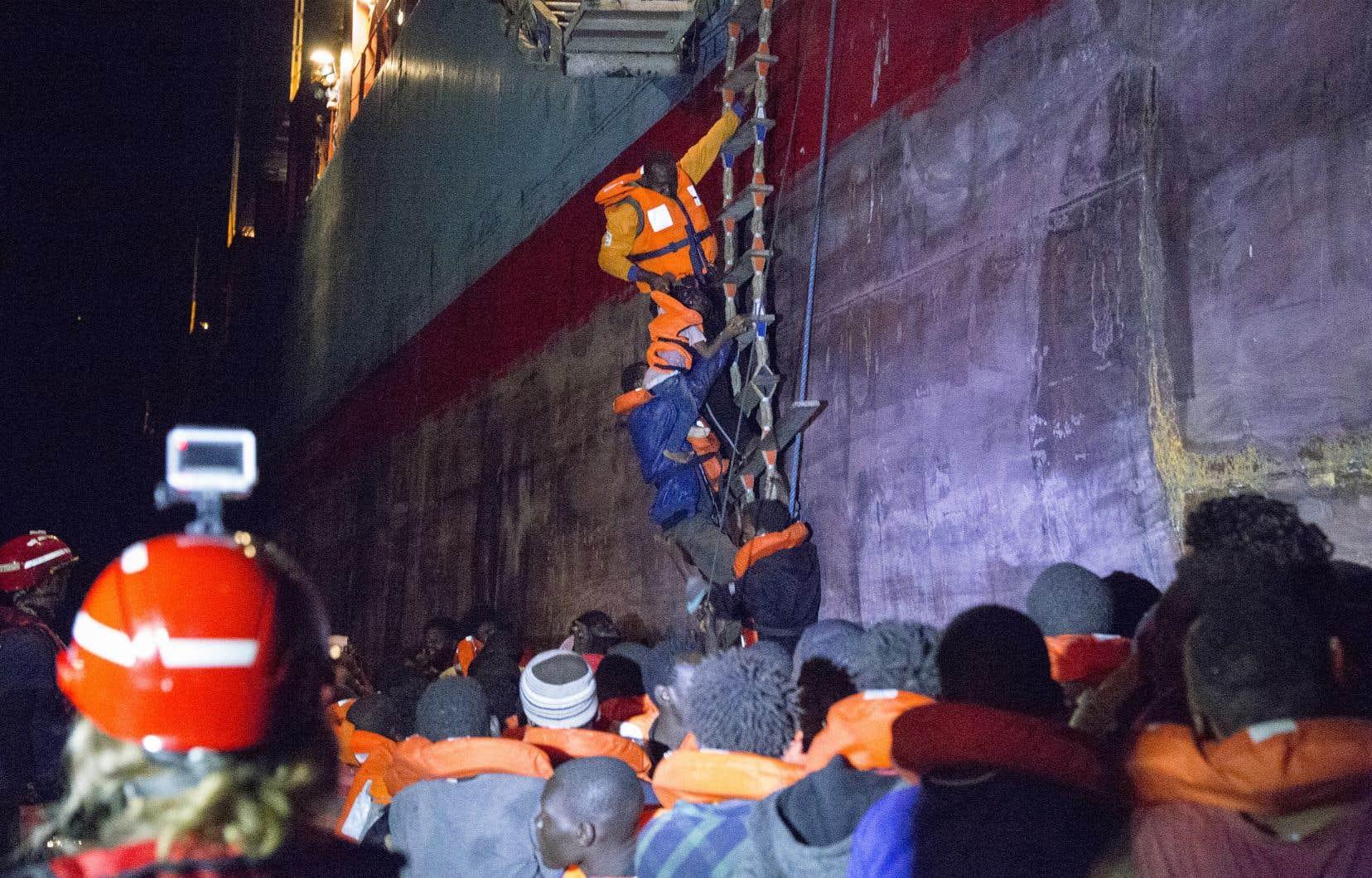 Un navire de l'ONG allemande «Lifeline» a été bloqué au large de Malte avec 239 migrants à son bord, l'Italie puis Malte lui ayant refusé l'accostage.