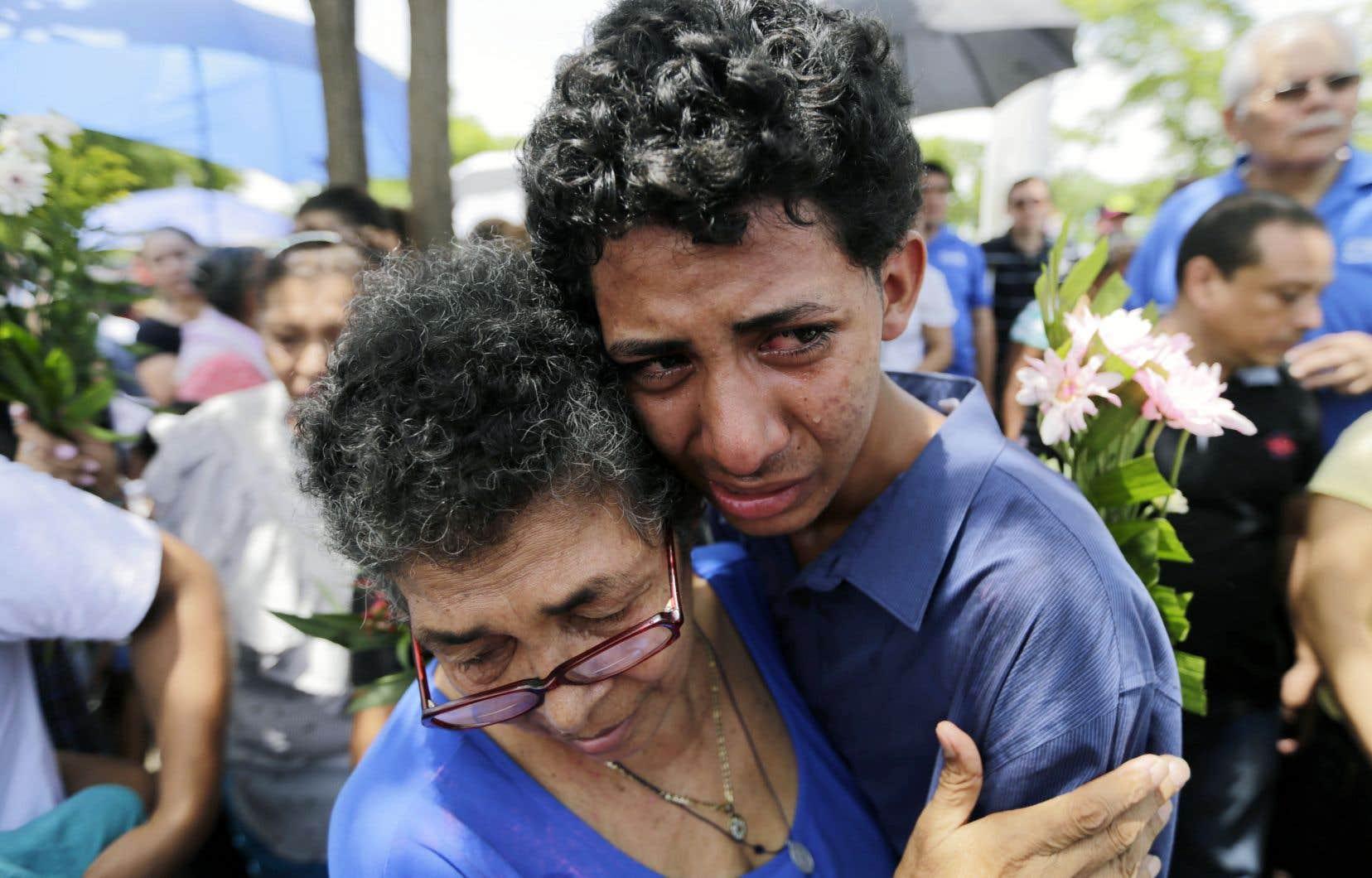 Les proches d'un enfant de 15 mois tué la veille lors d'une attaque des forces anti-émeutes épaulées par des membres des Jeunesses sandinistes, fidèles au président Ortega, pleuraient sa disparition lors de ses obsèques, dimanche, à Managua.