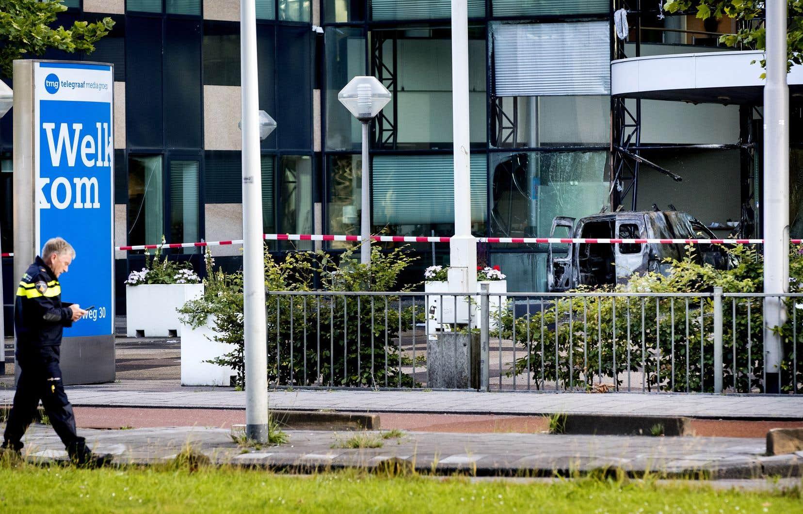 Une camionnette a délibérément foncé très tôt mardi matin à Amsterdam dans la façade de l'édifice abritant entre autres le journal <em>De Telegraaf</em>.
