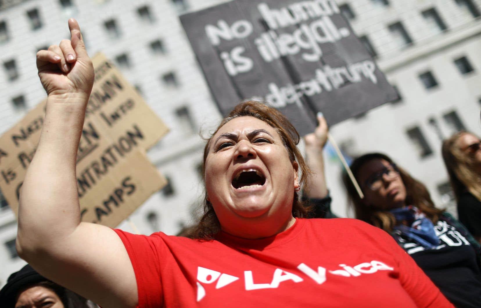 À Los Angeles, quelque 200 personnes, membres d'églises ou d'organisations catholiques et d'associations de défense des immigrés, ont manifesté mardi contre la venue du ministre de la Justice, Jeff Sessions. La Californie est fustigée par les conservateurs parce qu'elle gêne les arrestations de clandestins.