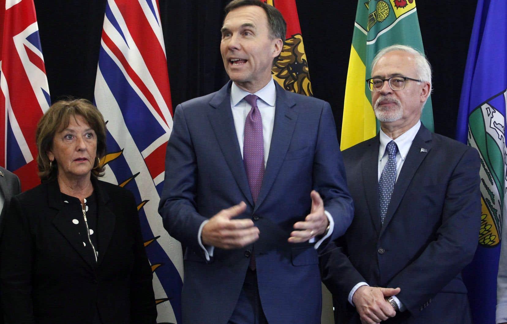 Le ministre fédéral des Finances, Bill Morneau, entouré de ses homologues provinciaux, notamment Karen Casey, de la Nouvelle-Écosse, et Carlos Leitão, du Québec, a tenu à rassurer le monde canadien des affaires face à la montée du protectionnisme américain.