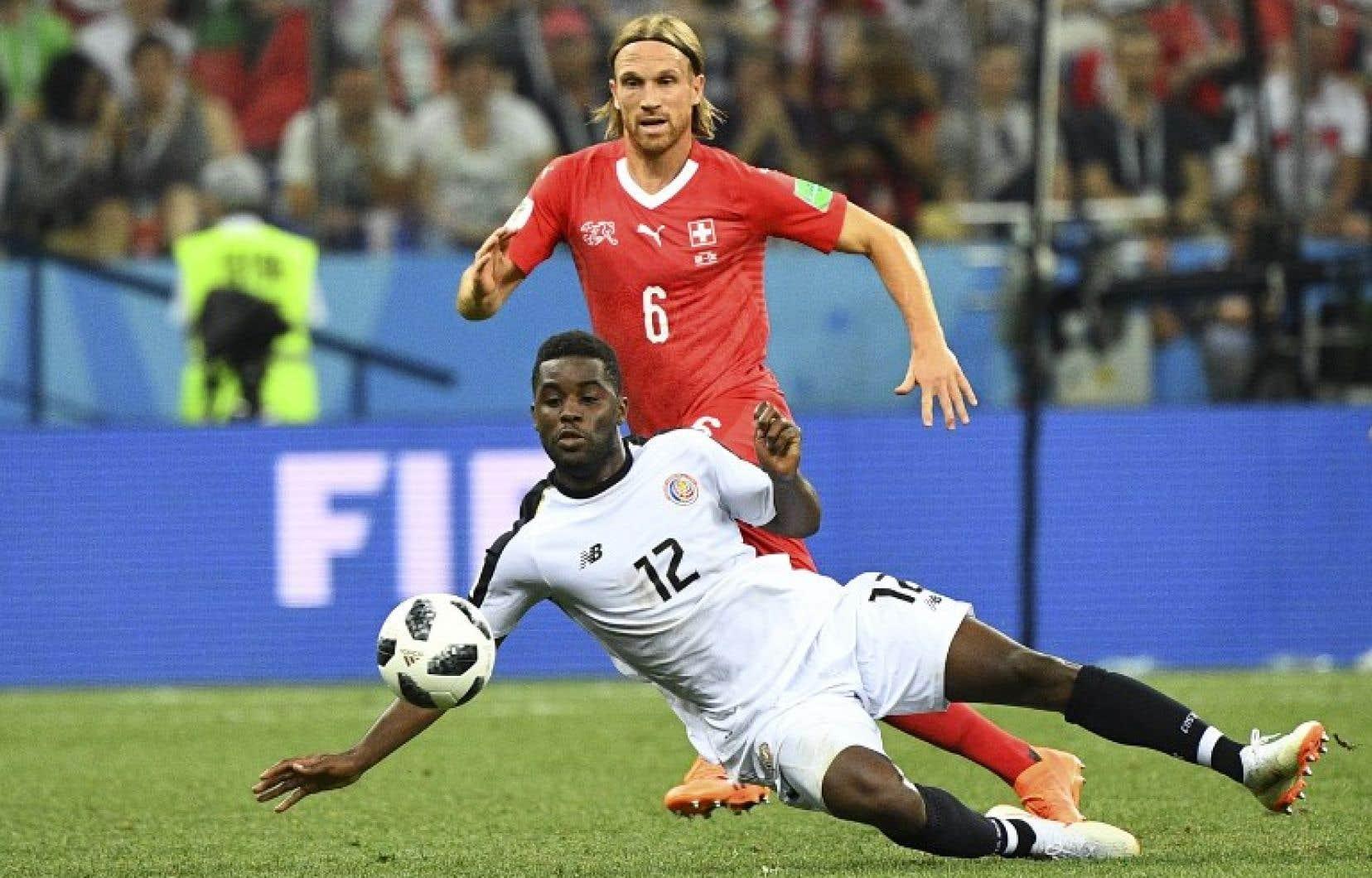 L'attaquant Joel Campbell (no 12), du Costa Rica, bataille pour la possession du ballon avec le défenseur suisseMichael Lang.