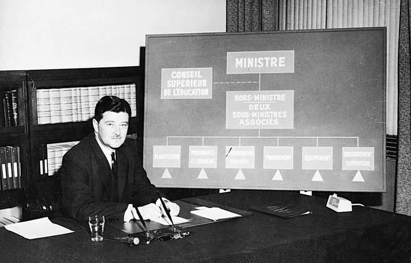 Paul Gérin-Lajoie lors de l'explication des structures supérieures du nouveau ministère de l'Éducation, le 20 mai 1964