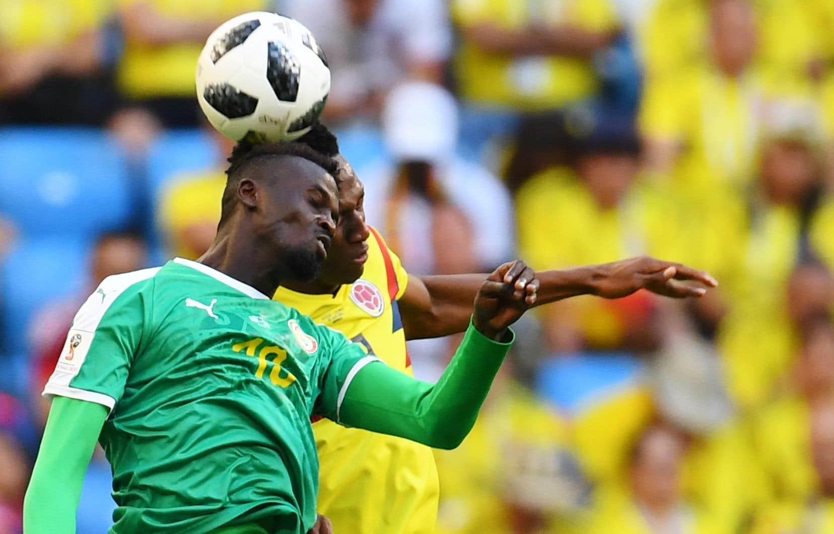 Le Sénégalais Mbaye Niang et le Colombien Yerry Mina se sont durement entrechoqués dans leur dispute du ballon, jeudi. Plus tard dans le match, Mina a marqué le but vainqueur dans une victoire de 1-0.