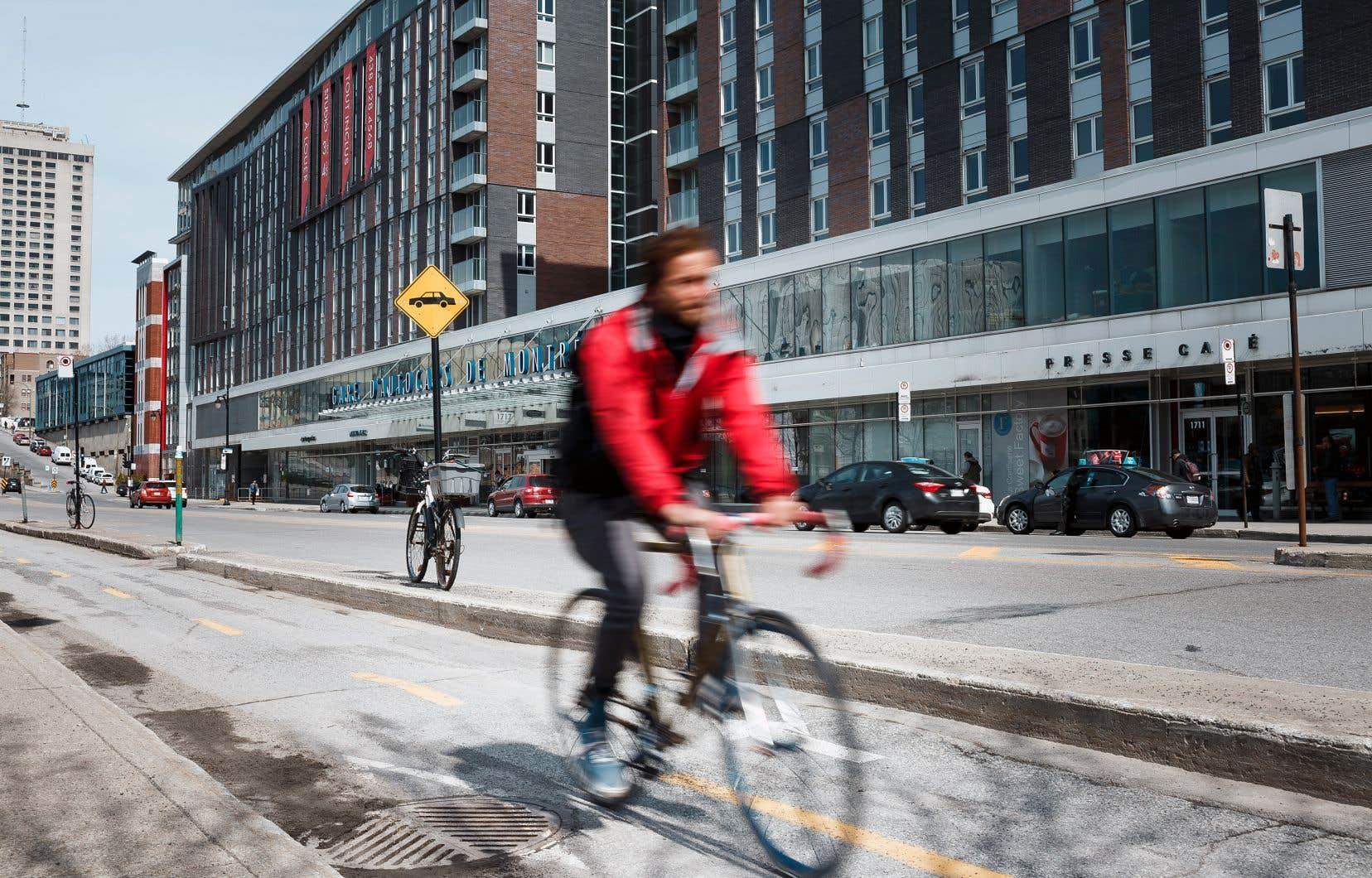 À Montréal, seulement 11% des répondants croient qu'il y a trop de pistes cyclables en site propre dans leur ville, alors que 49% d'entre eux jugent qu'il n'y en a pas assez.