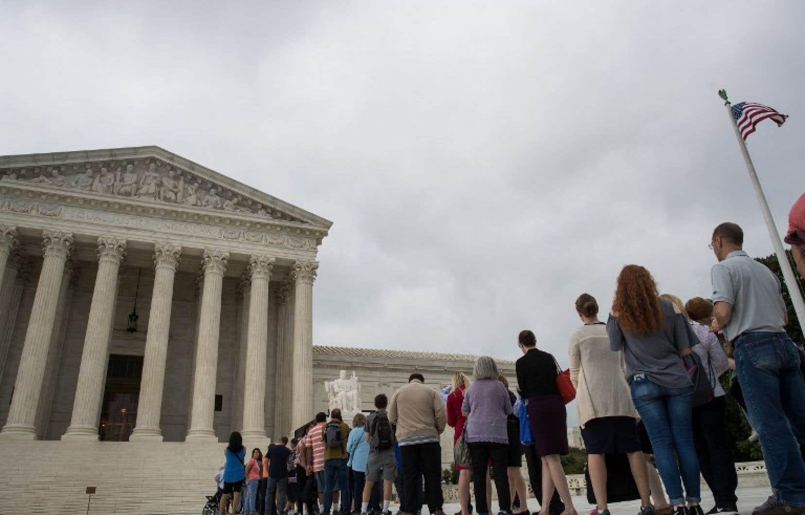 File d'attente pour entrer dans le bâtiment de la Cour suprême, à Washington