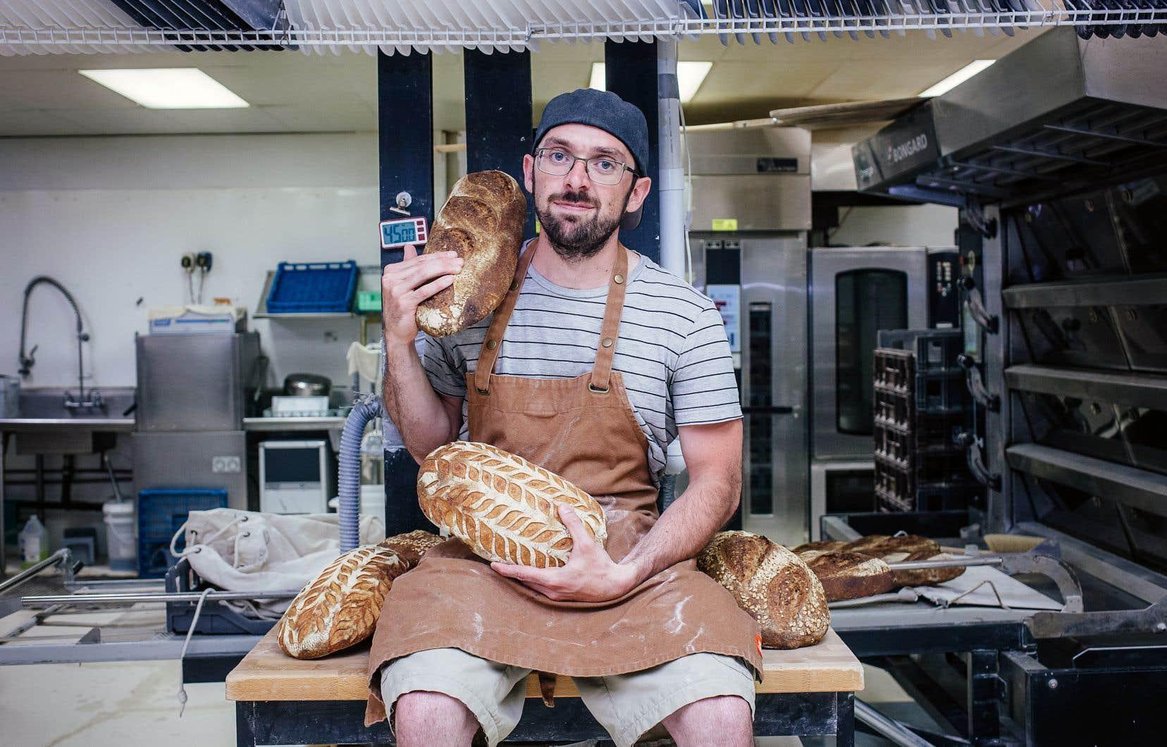 Maxime Deslandes est fondateur de Blés de pays, une boulangerie qui soutient la biodiversité, les circuits courts et les variétés de grains anciens.