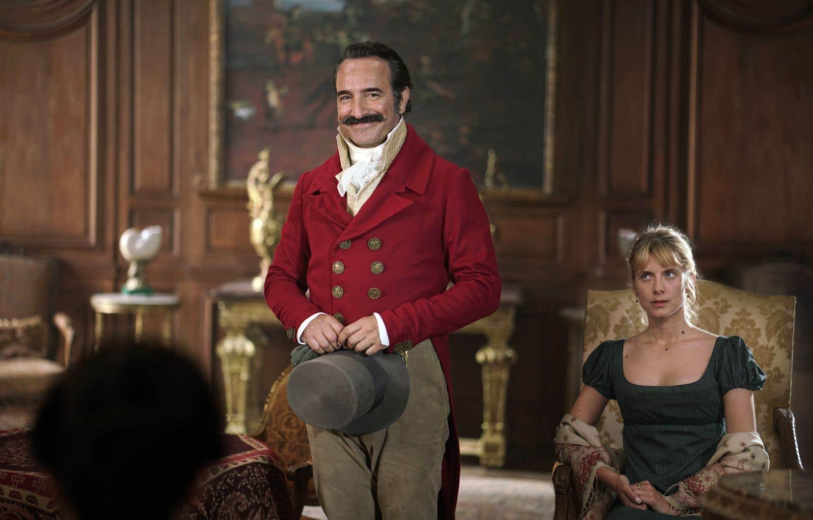 Jean Dujardinincarne un rôle taillé sur mesure, celui d'un capitaine ayant déserté l'armée et qui séduit son auditoire en lui servant des récits rocambolesques.
