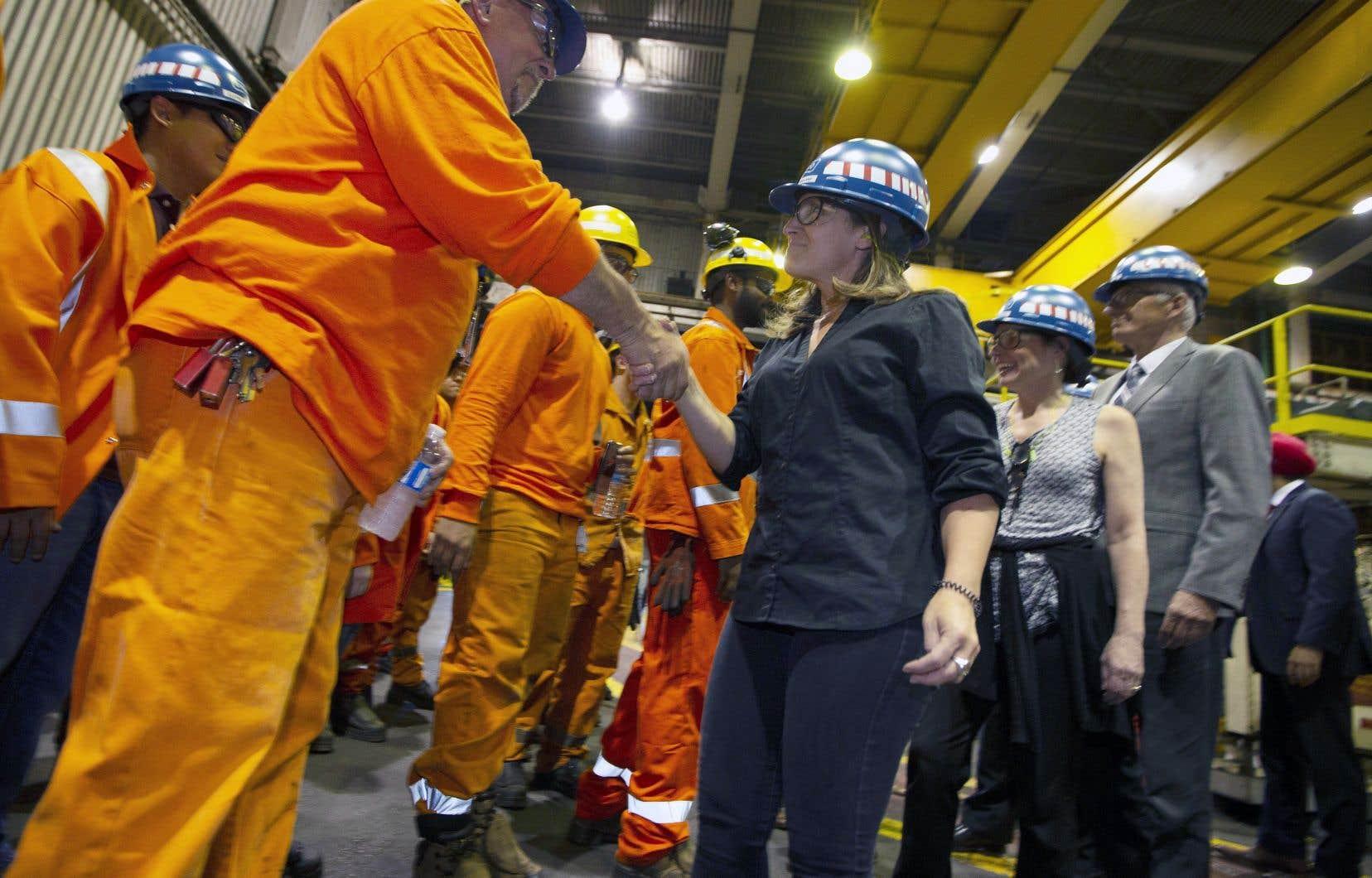 La ministre Chrystia Freeland a annoncé ces mesures à l'usine Stelco à Hamilton.