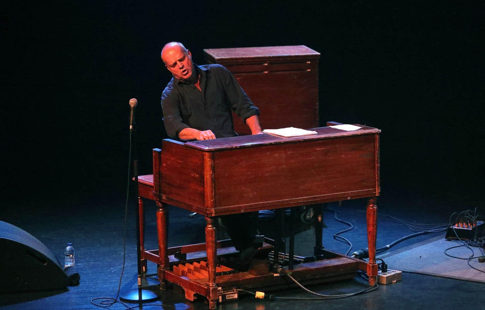 Même sans Martin et Wood, ses acolytes de trio depuis un quart de siècle, John Medeski semble avoir le «groove» collé aux doigts.