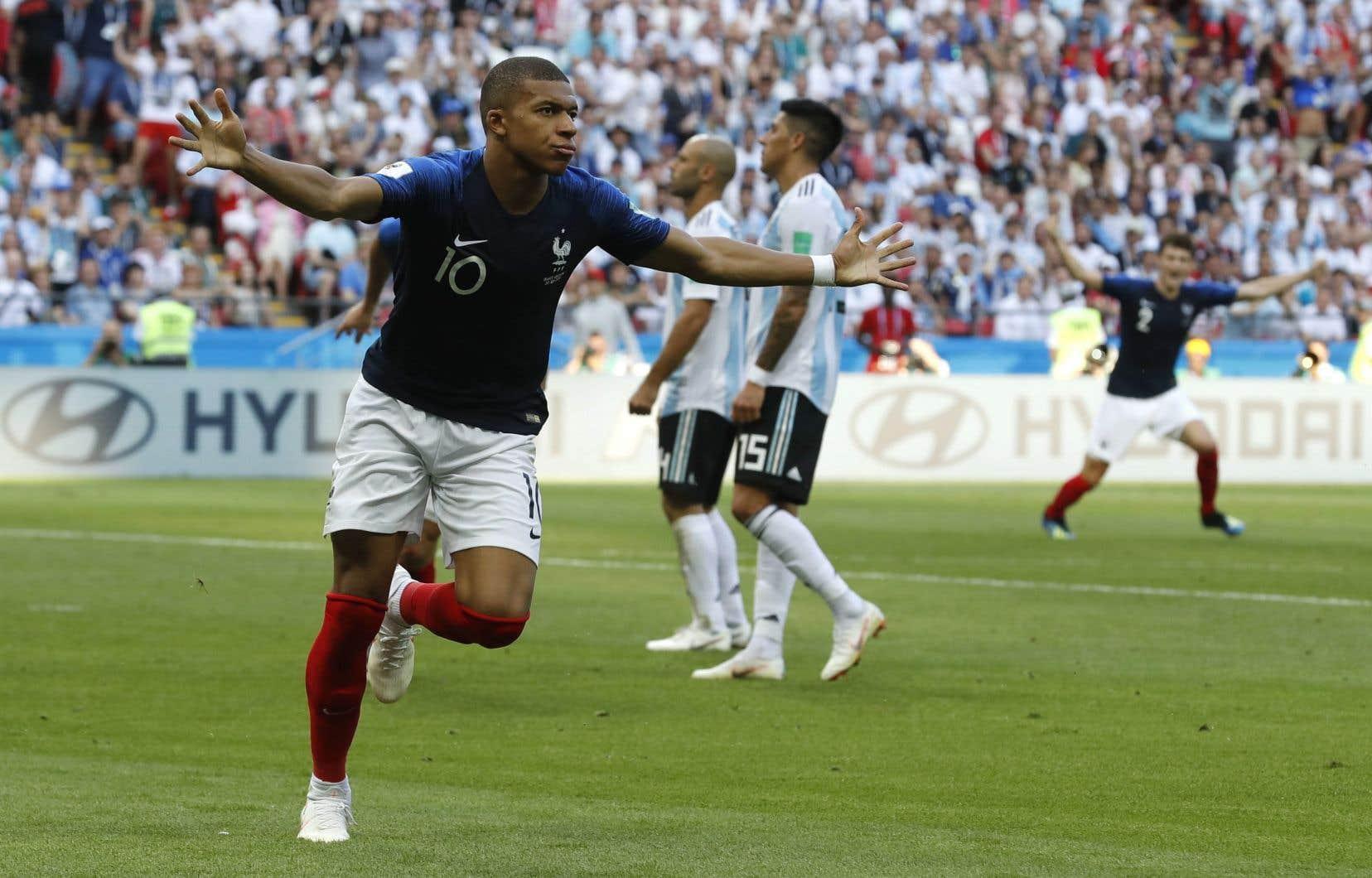 L'attaquant vedette français Kylian Mbappé célèbre après avoir marqué contre l'Argentine, samedi.
