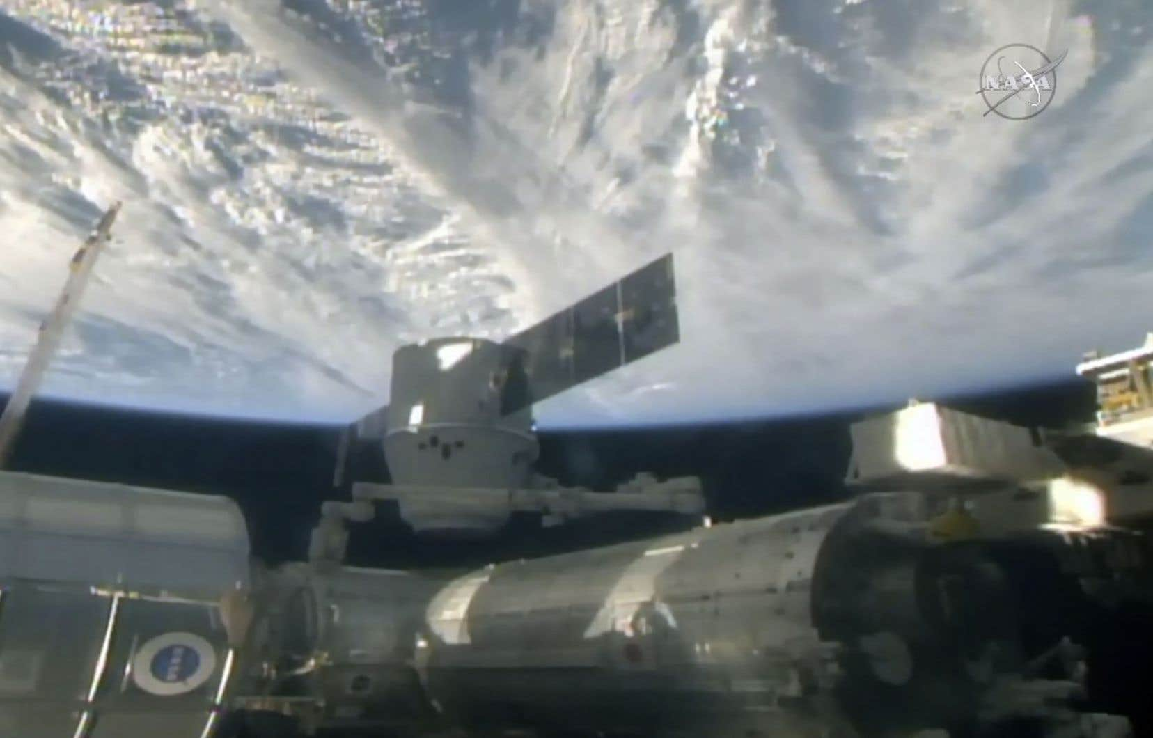 La capsule Dragon de la firme privée SpaceX a atteint la SSI trois jours après son décollagedu Centre spatial Kennedy à Cap Canaveral, en Floride.
