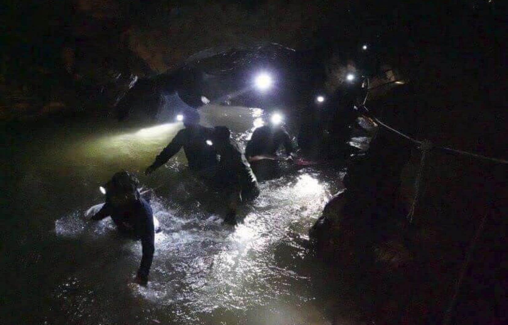 Des équipes de secours thaïlandaises sont entrées à l'intérieur d'un complexe de grottes où 12 garçons et leur entraîneur de soccer ont disparu il y a neuf jours.