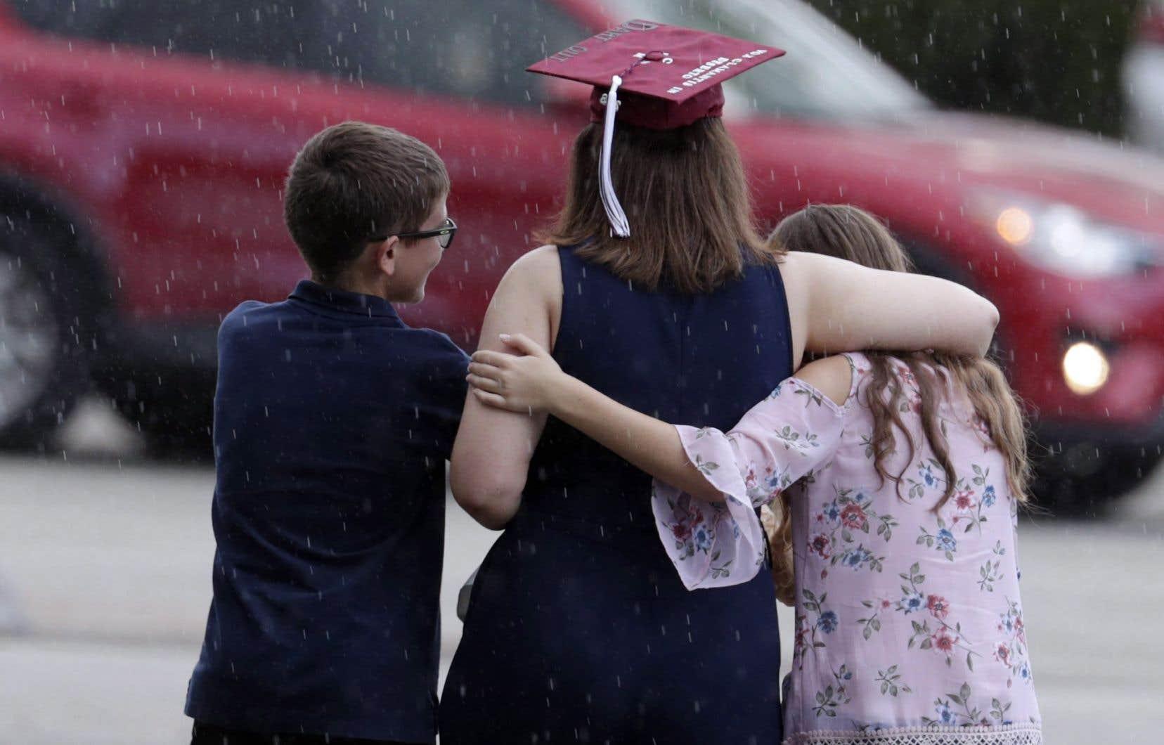 Une famille quittant la cérémonie de graduation des finissants de l'écoleMarjory Stoneman Douglas, le 3 juin dernier
