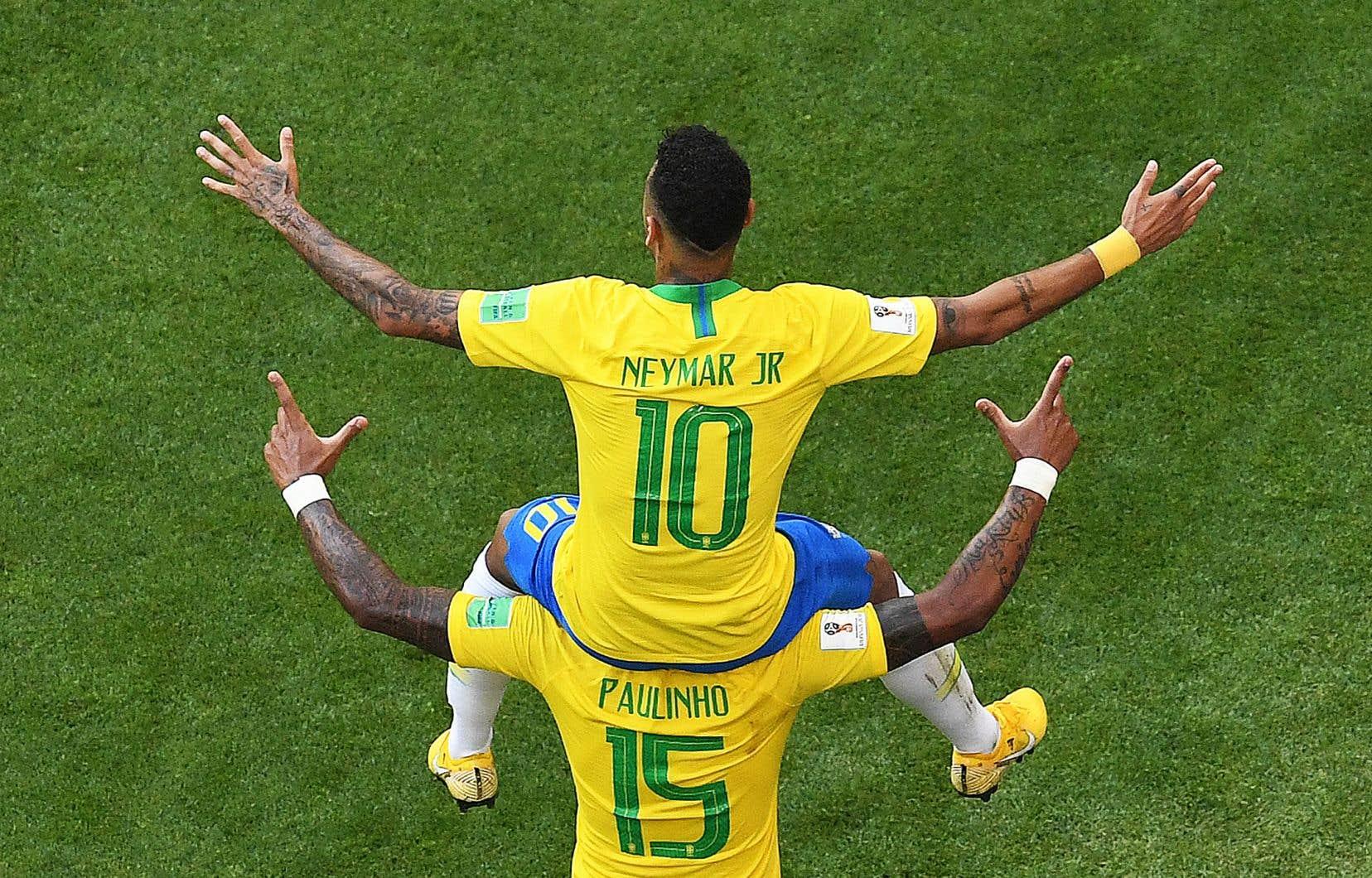 Le joueur brésilien Neymar a botté au filet durant le match contre le Mexique, lundi.