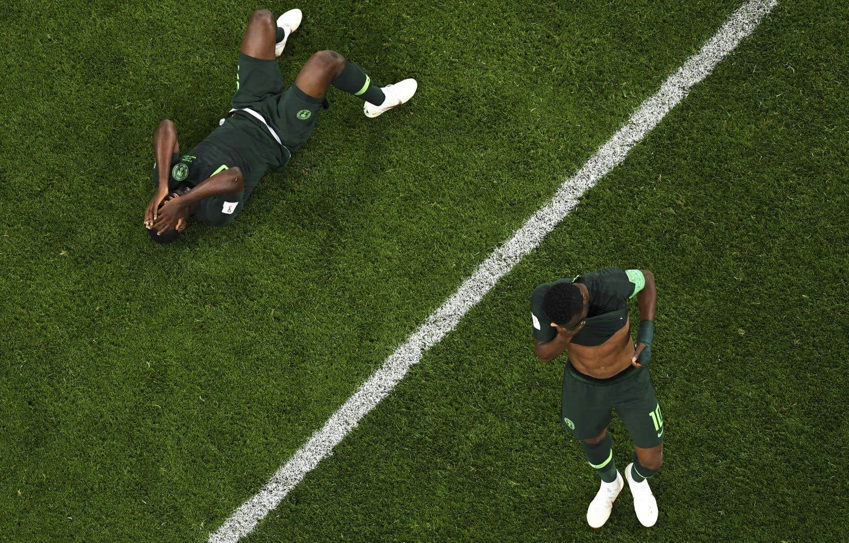 Le capitaine du Nigeria, John Obi Mikel (à droite), a appris quelques heures avant le match décisif de son équipe face à l'Argentine, mardi dernier, que son père venait d'être enlevé.