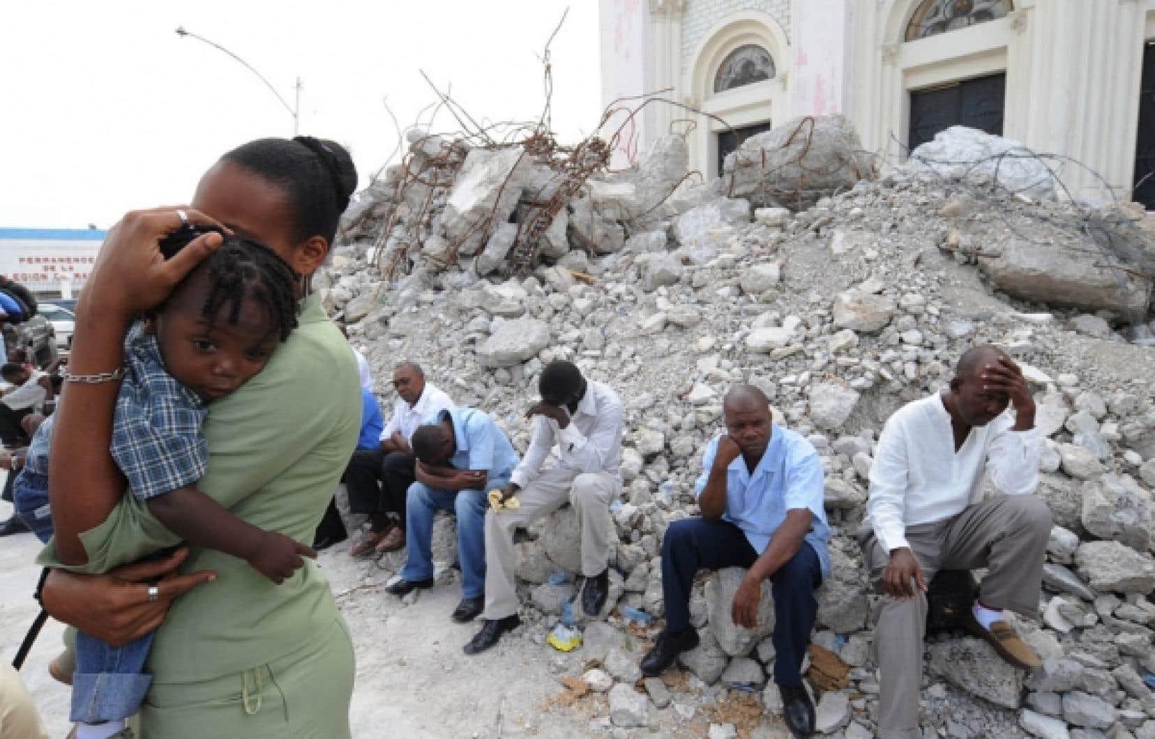 Dimanche dernier, des Haïtiens se sont rendus assister à la messe pascale près de la cathédrale en ruines de Port-au-Prince.