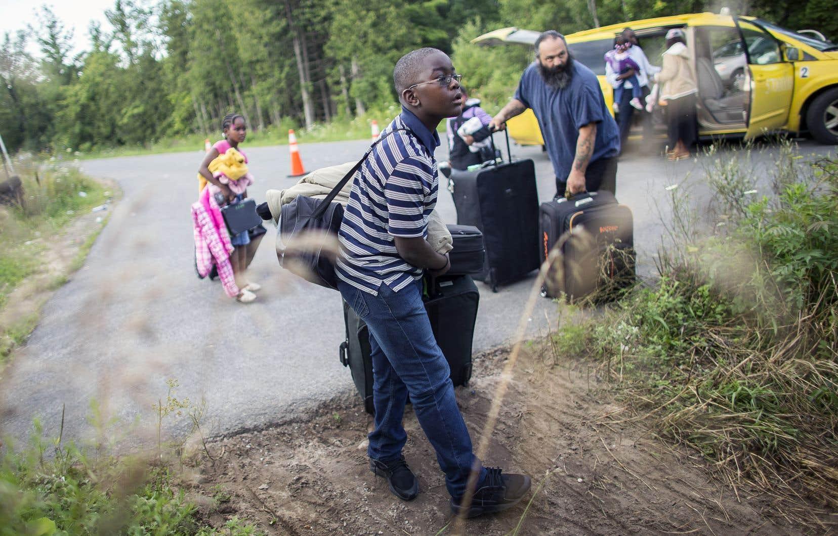 Un groupe de migrants s'apprêtaient en août 2017 à traverser la frontière de manière irrégulière à Saint-Bernard-de-Lacolle pour demander l'asile au Canada, comme le permet l'Entente sur les tiers pays sûrs.