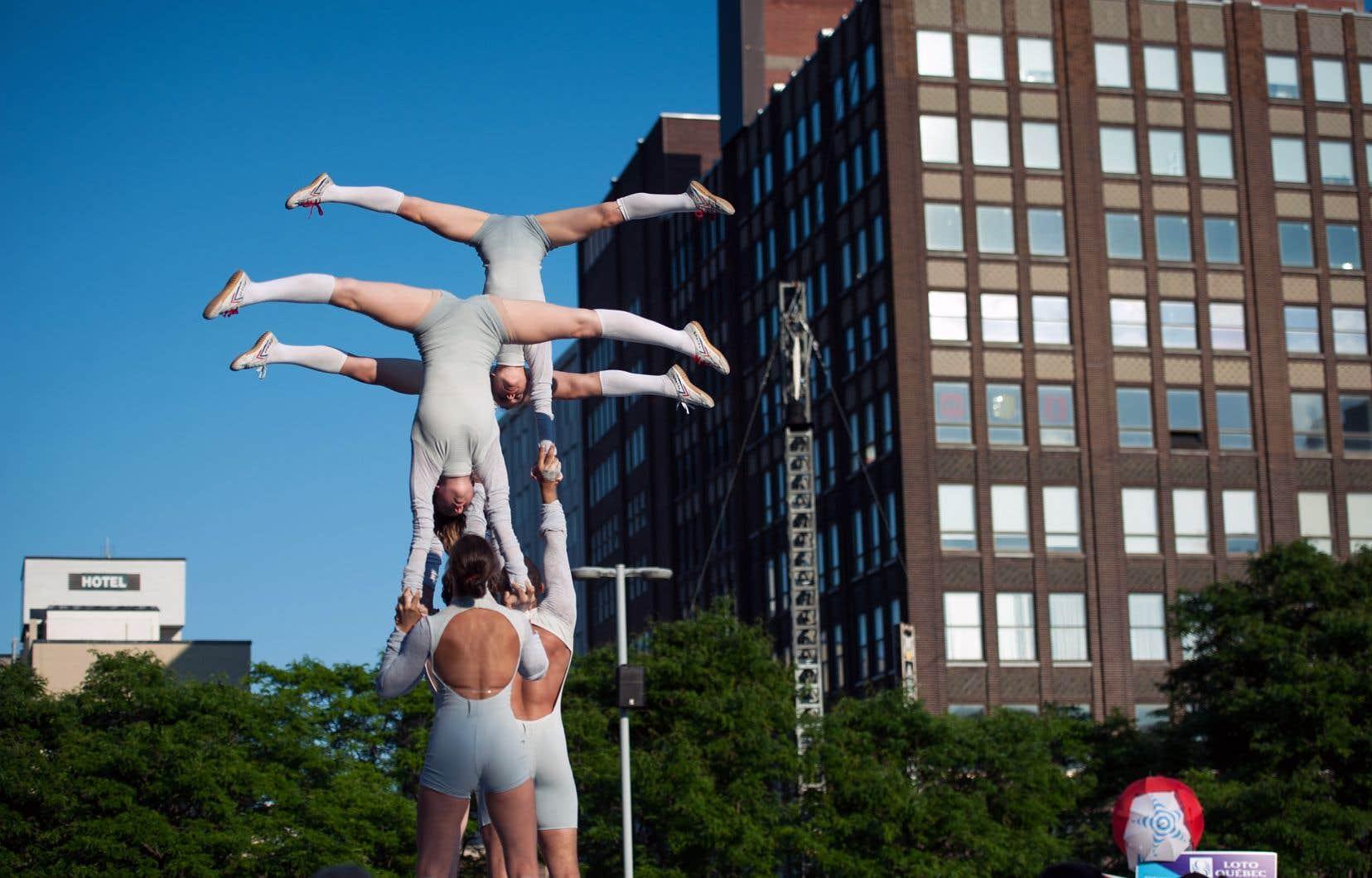 Le spectacle «Phénix» intègre de nombreux numéros de danse, mais aussi de la contorsion, du trapèze de la roue cyr, de la jonglerie et des numéros de tissu aérien.