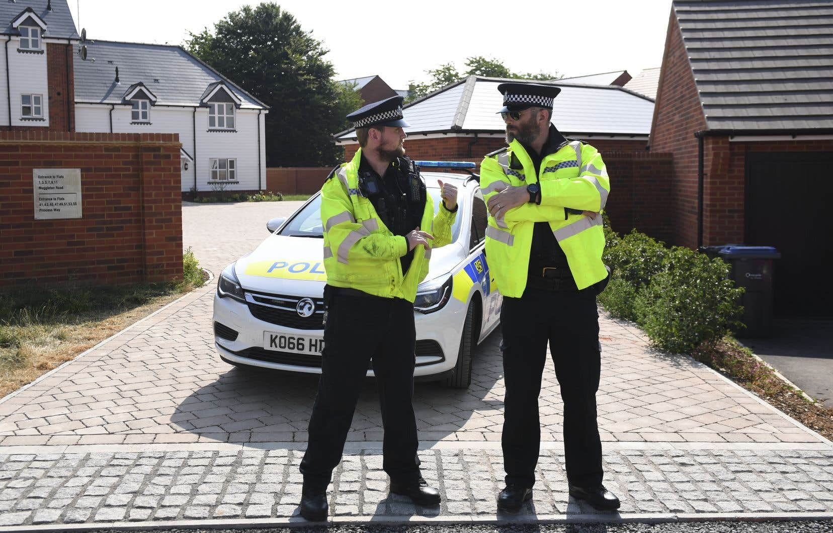 Des policiers montent la garde devant la résidence où un homme et une femme ont été retrouvés inconscients.