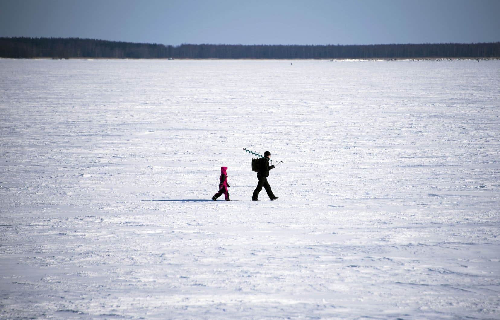 Un homme amène son fils à la pêche sur la mer de Botnie, gelée en plein mois de mars. Selon un sondage cité dans le livre de Joanna Nylund, les Finlandais privilégient la tranquillité, la liberté, l'ordre, l'équité et le contact avec la nature.
